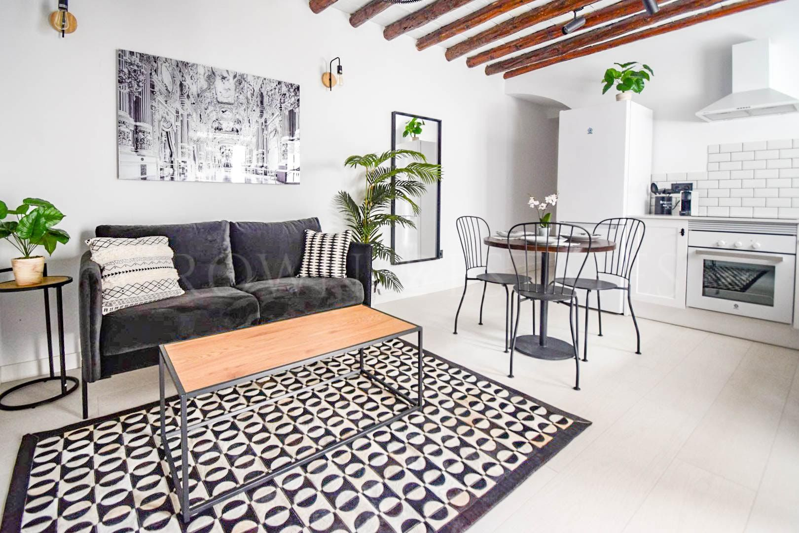 Immaculate Modern Classic Apartment in the Old Town!