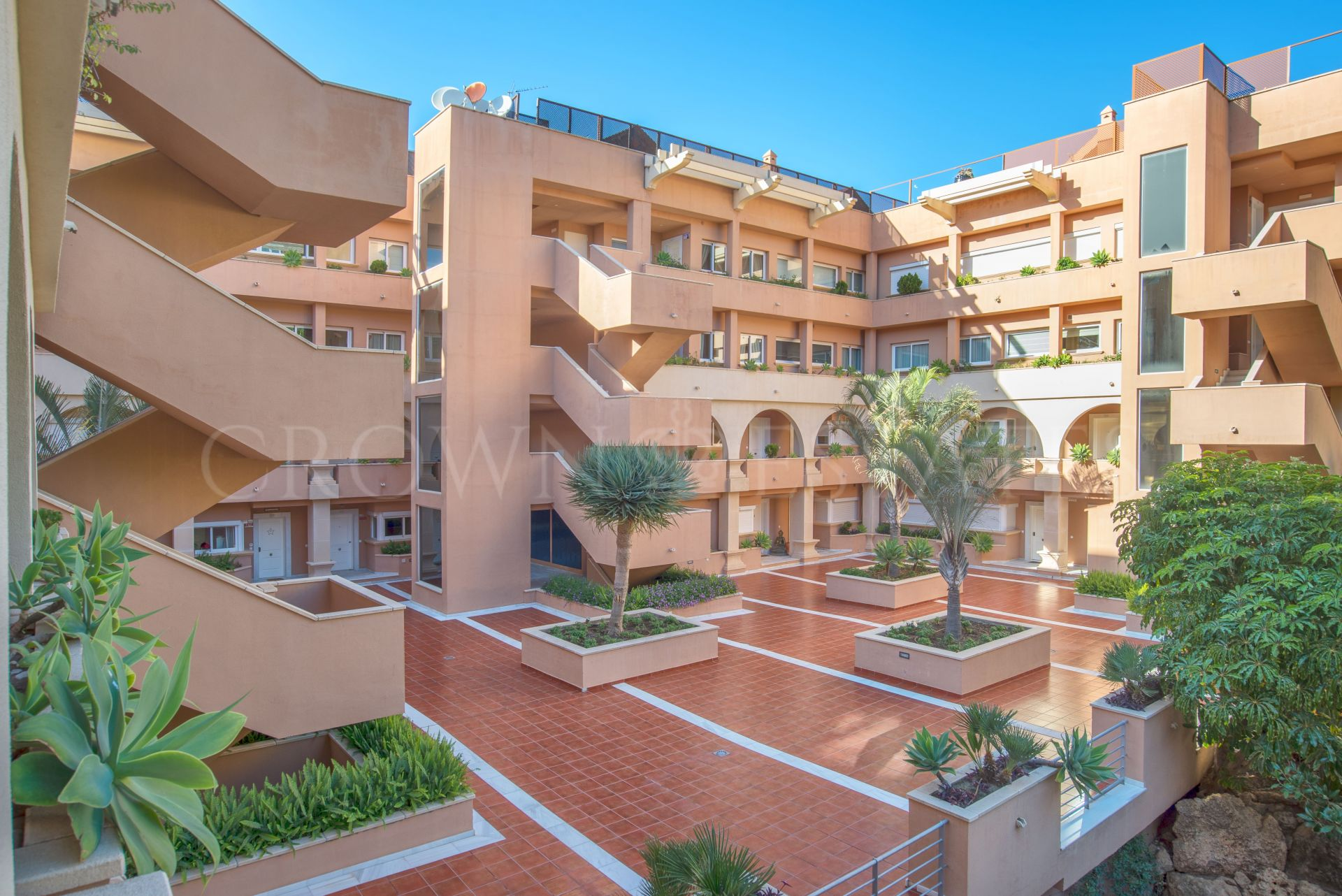 Apartment with golf membership and sea views in Nueva Andalucia, Marbella