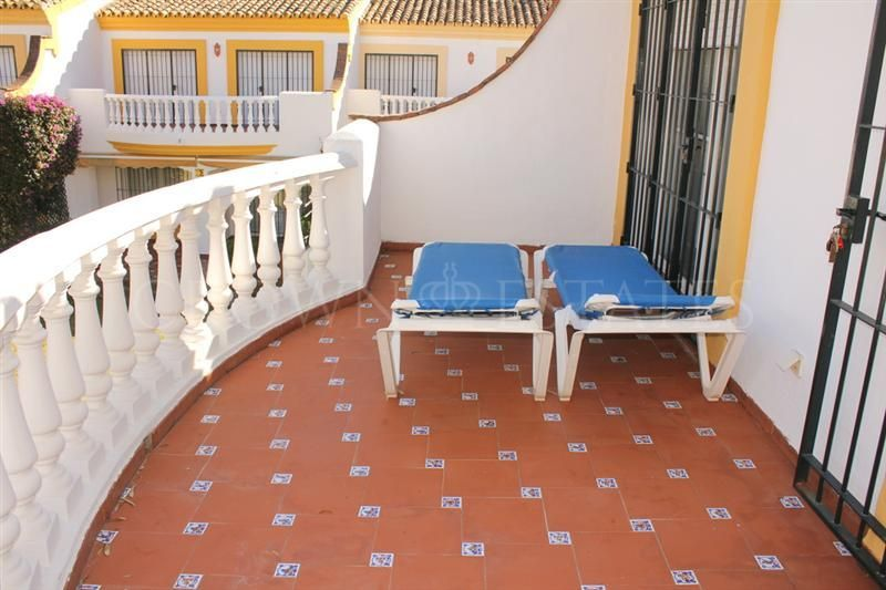 Frontline beach, 5 bedrooms townhouse located near the famous Bora-Bora restaurant en San Pedro Alcantara.