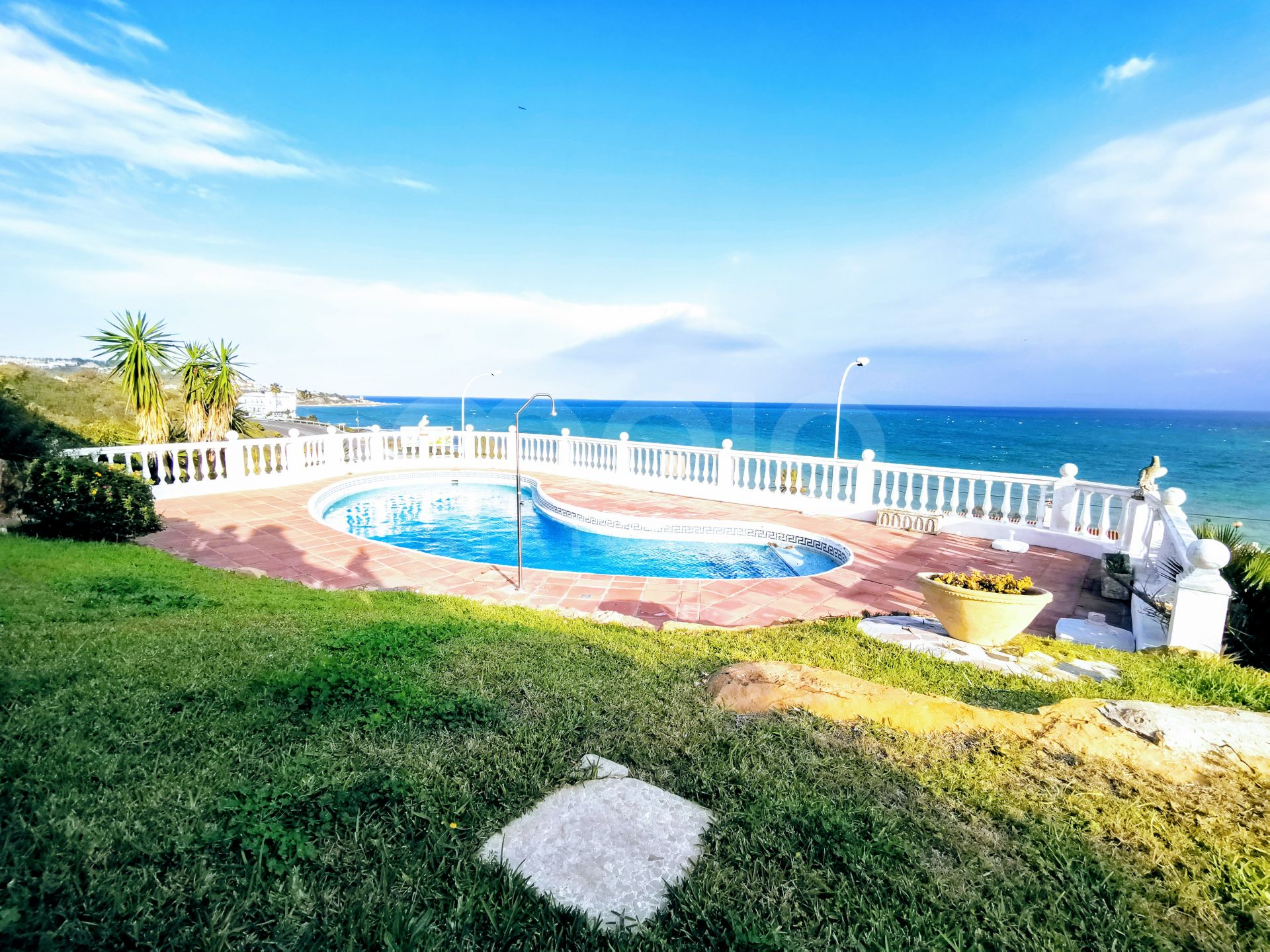 A traditional 4 bedroom villa in Torreguadiaro with panoramic Mediterranean sea views.
