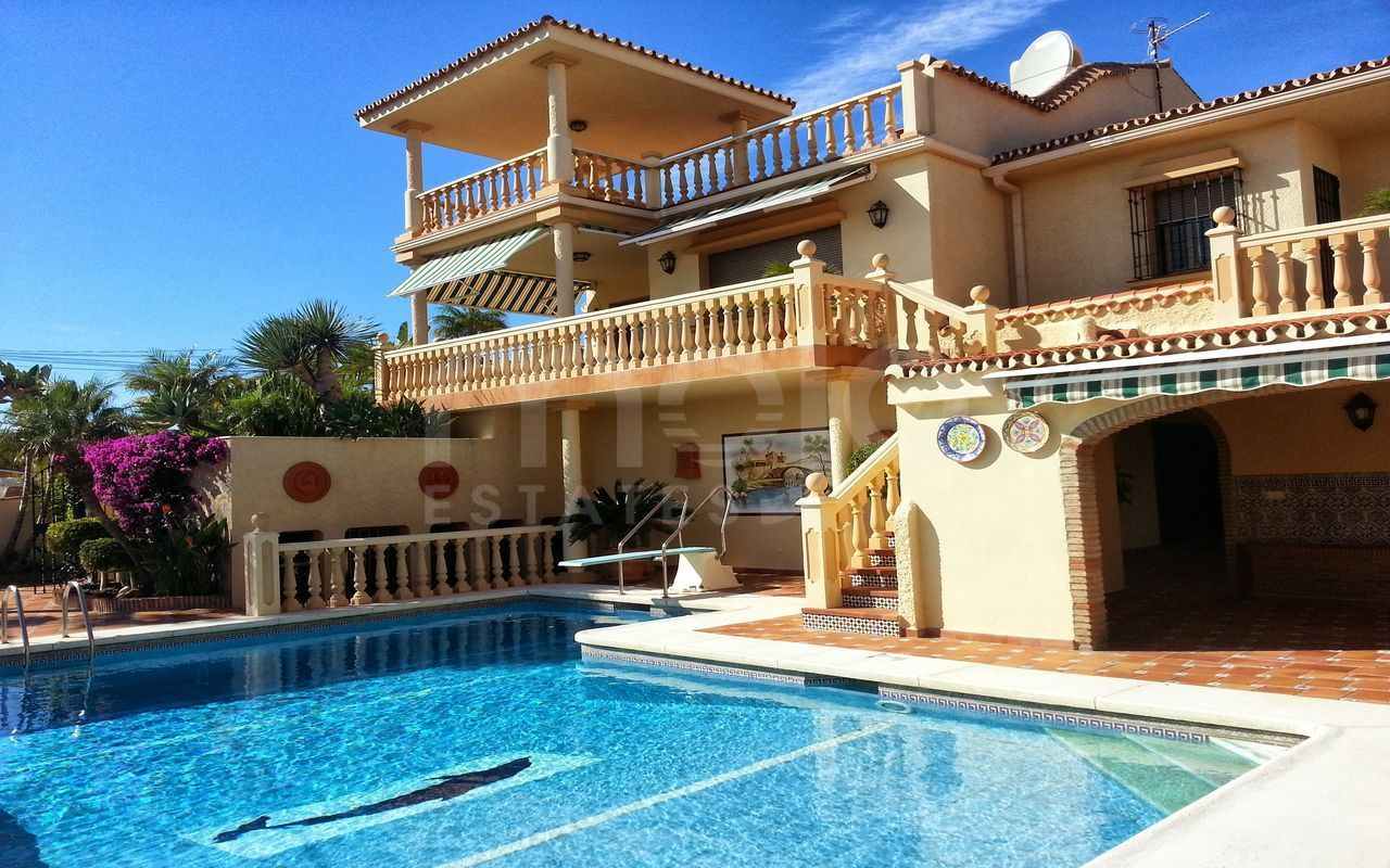 Villa in Jardin Tropical, La Duquesa for sale with stunning sea views