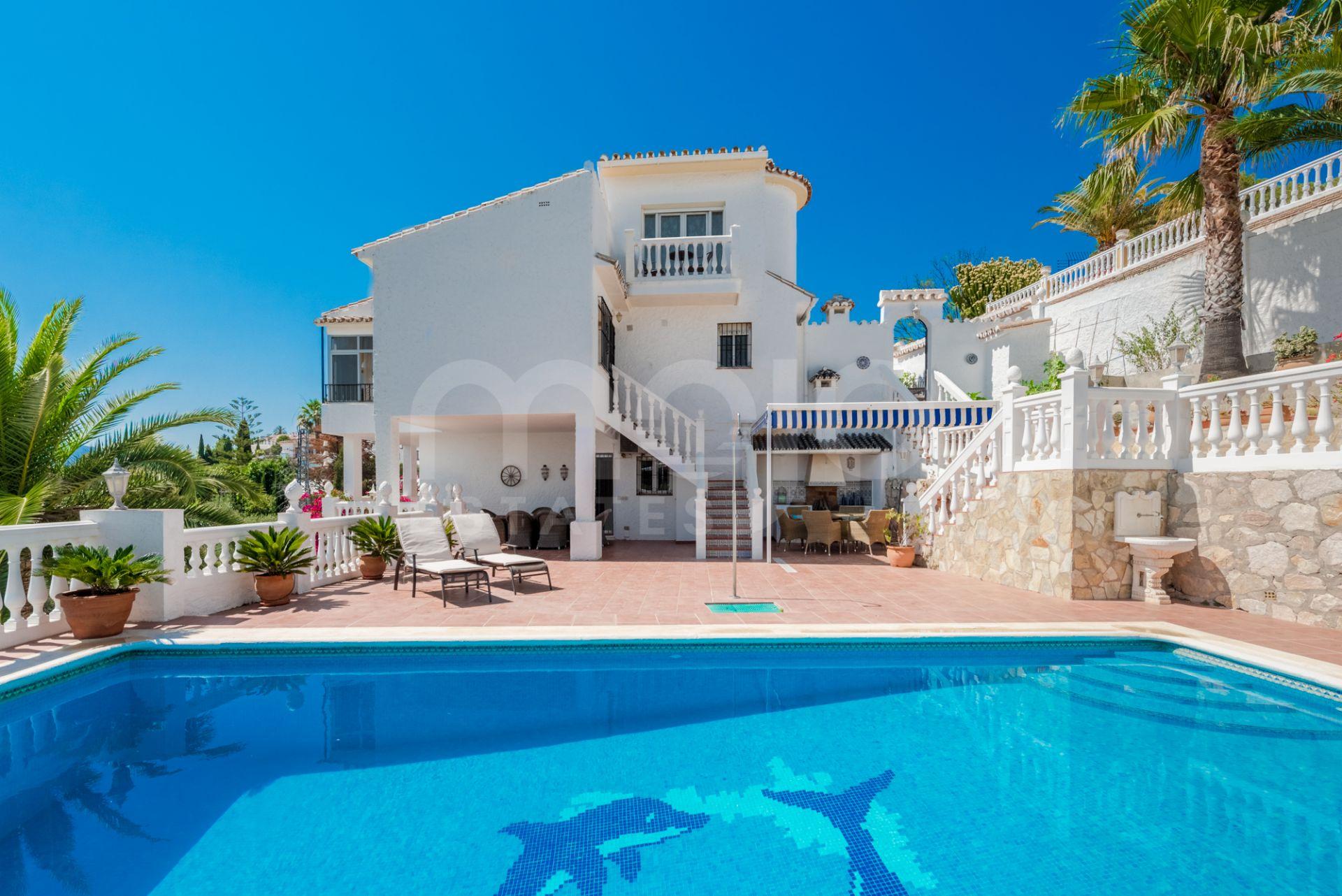 Preciosa villa independiente con fabulosas vistas panorámicas ubicada en Sierrezuela, Mijas Costa!