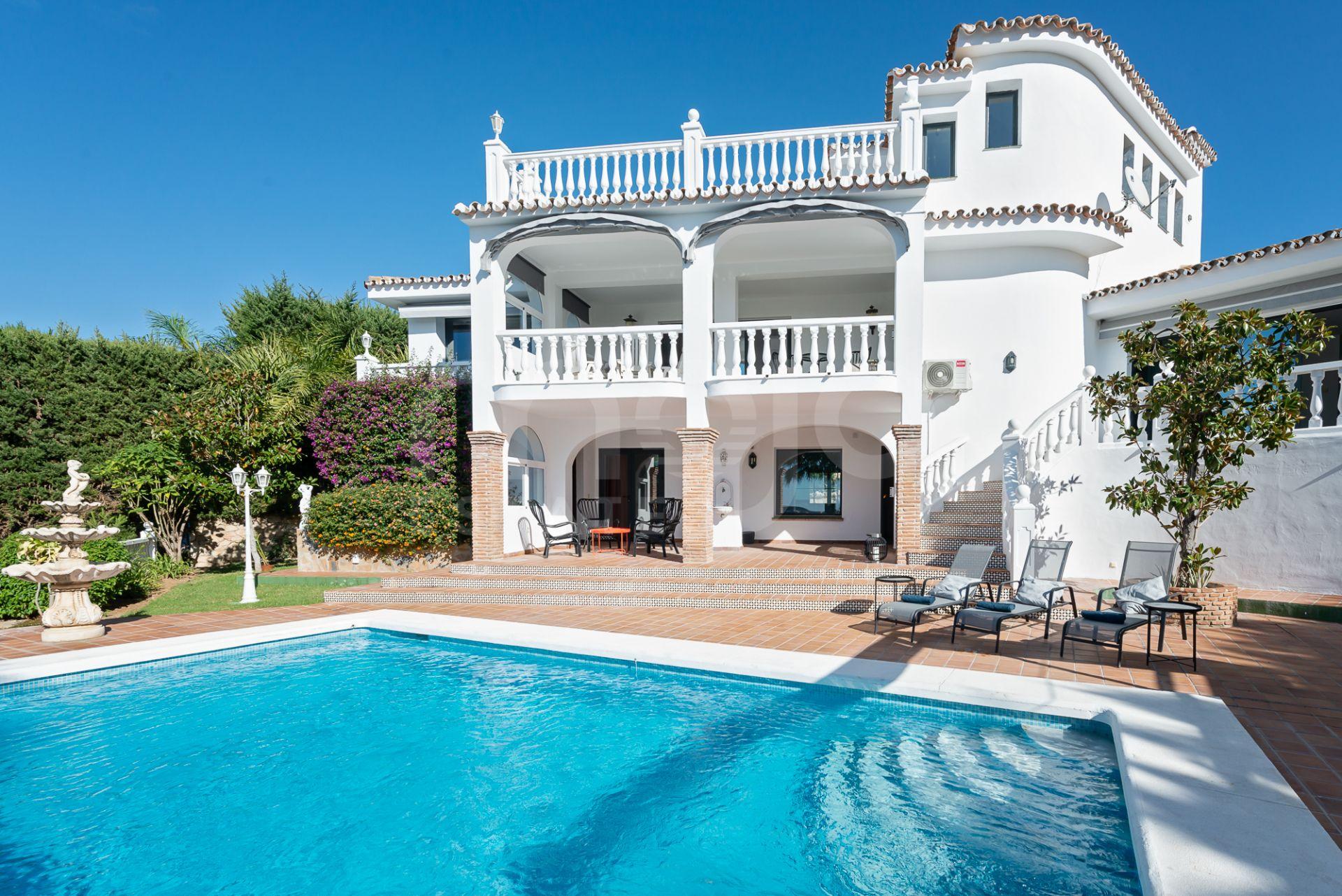 Stor lyxig nyrenoverad villa i Sierrezuela, Mijas Costa, med en härlig utsikt över bergen, Mijas Golf. Flera terasser och egen pool.