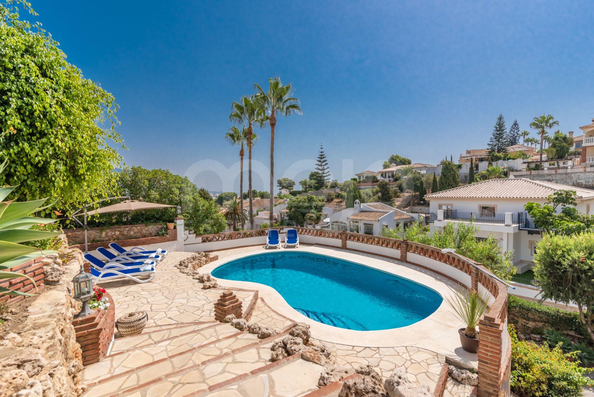 Fantastisk fristående villa i andalusisk stil i det välkända området Cerros del Aguila!