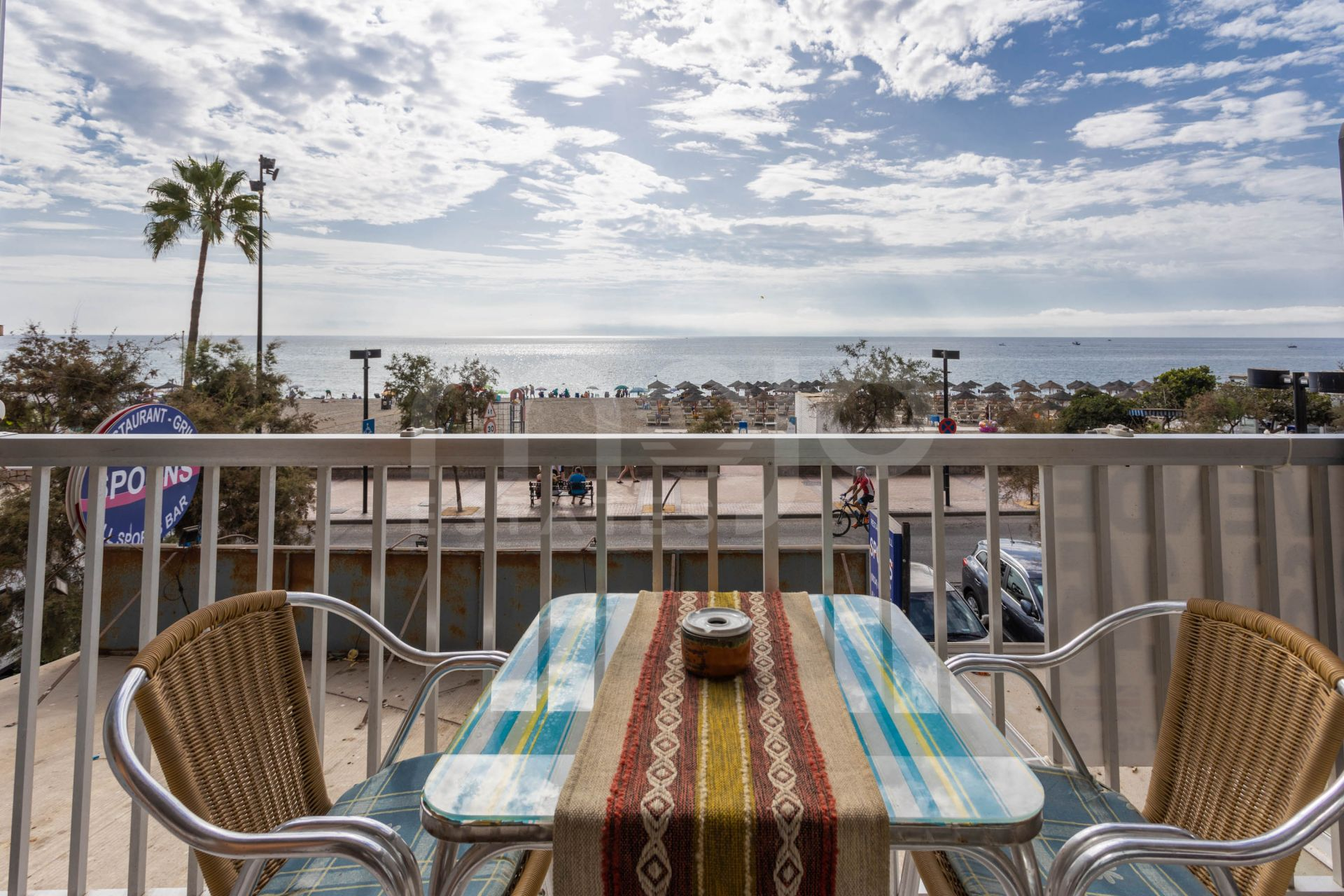 1-bedroom apartment next to the beach with an unbeatable sea view.