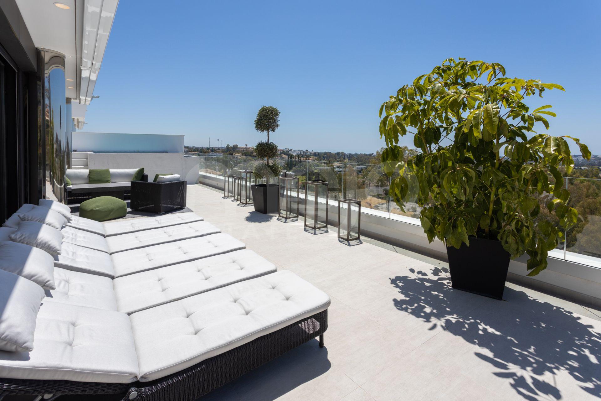 Si vous cherchez un Penthouse privé avec le plus haut standard et votre propre piscine, ceci est pour vous!
