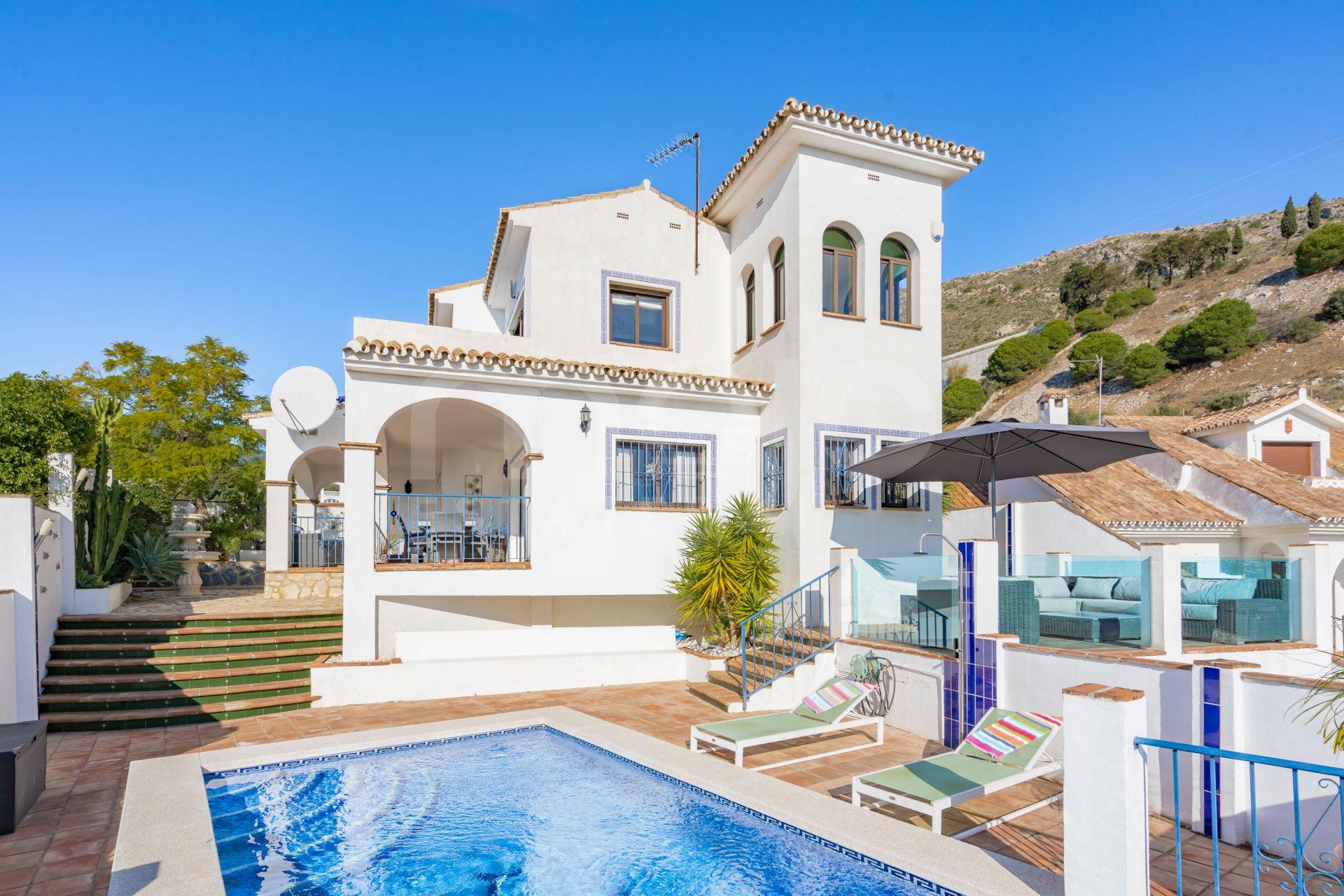 Bienvenue à Villa Estrella C'est un mélange parfait d'une villa de style andalou et scandinave avec une vue imprenable sur la mer Méditerranée. La maison est lumineuse et a un caractère et une âme uniques. Bienvenue à la Villa Estrella C'est un mélang