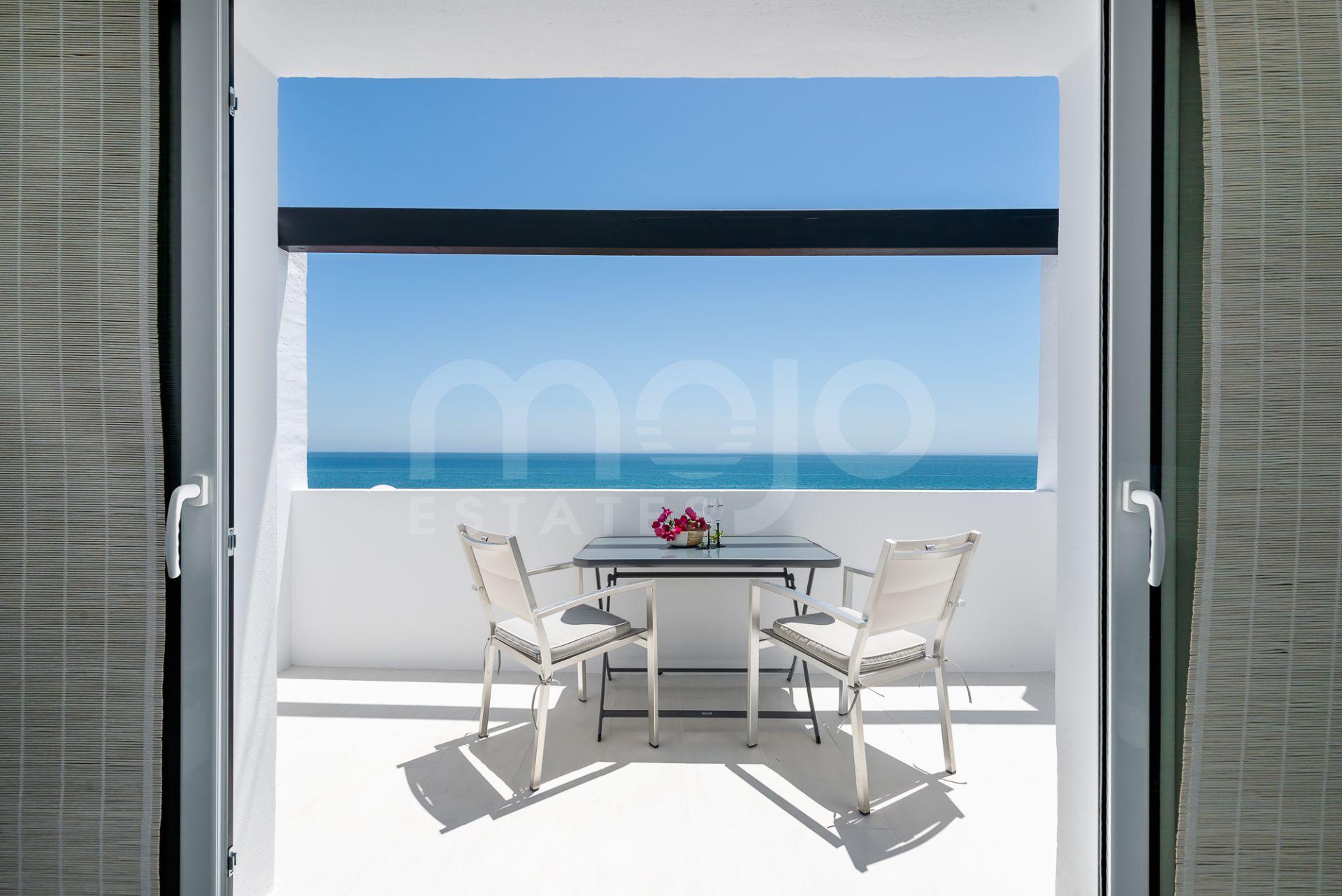 Apartamento en venta en Calahonda Playa con vistas al mal inmejorables.