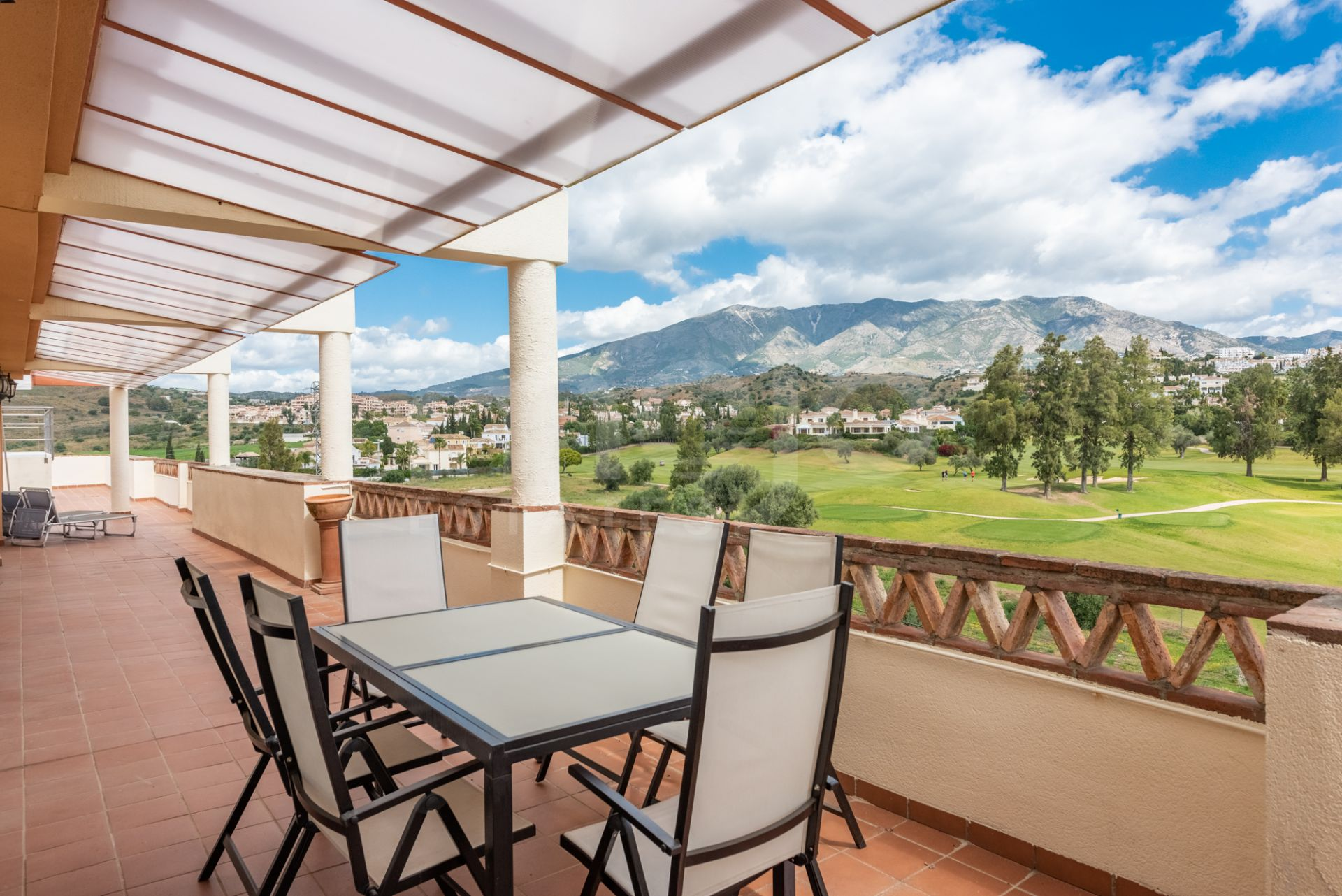 A large 4 bedroom penthouse located just next to the golf course in Mijas Golf.