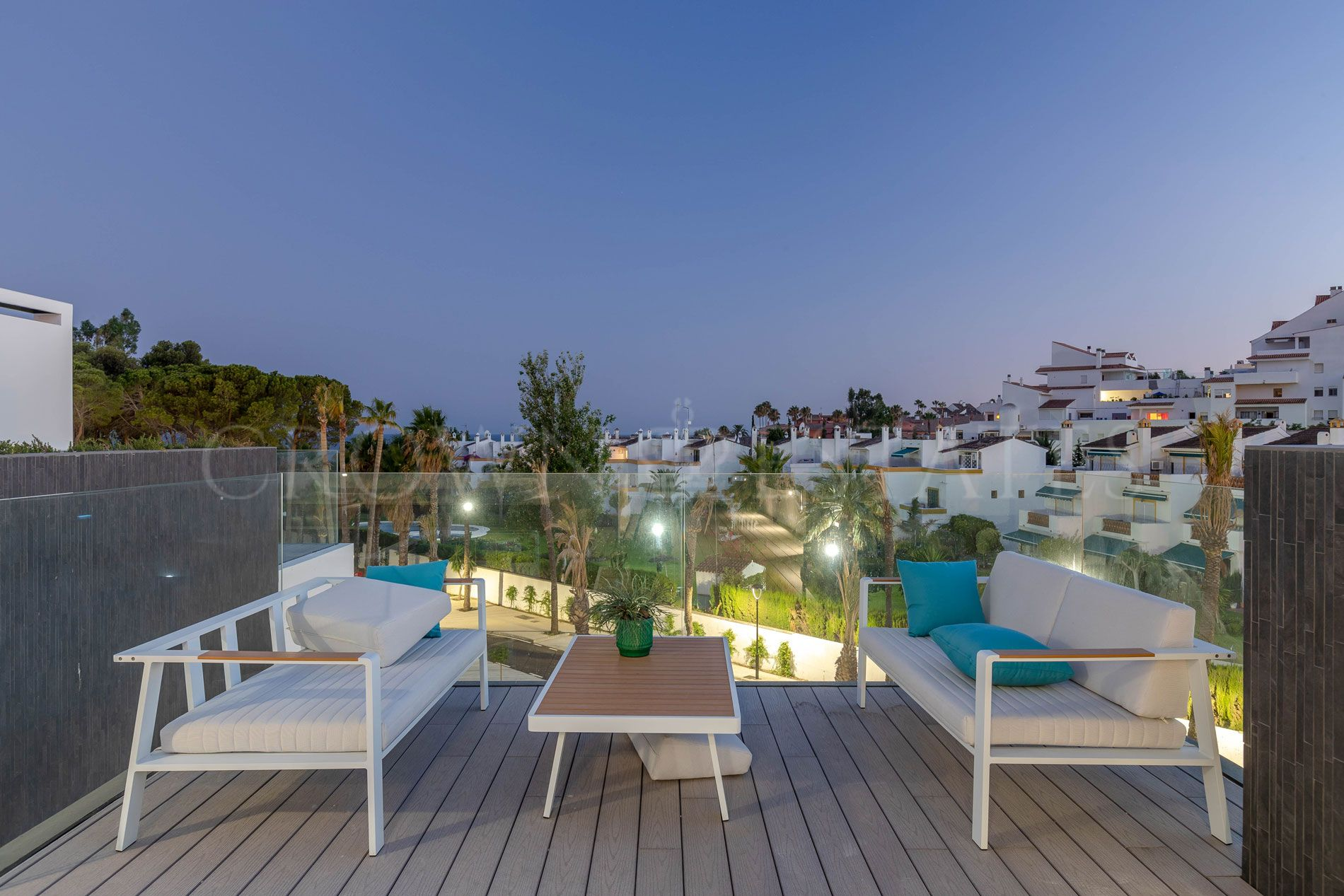 50 state of-the-art townhouses of three, four and five bedrooms in the mostexclusive part of the Estepona's western outskirts.