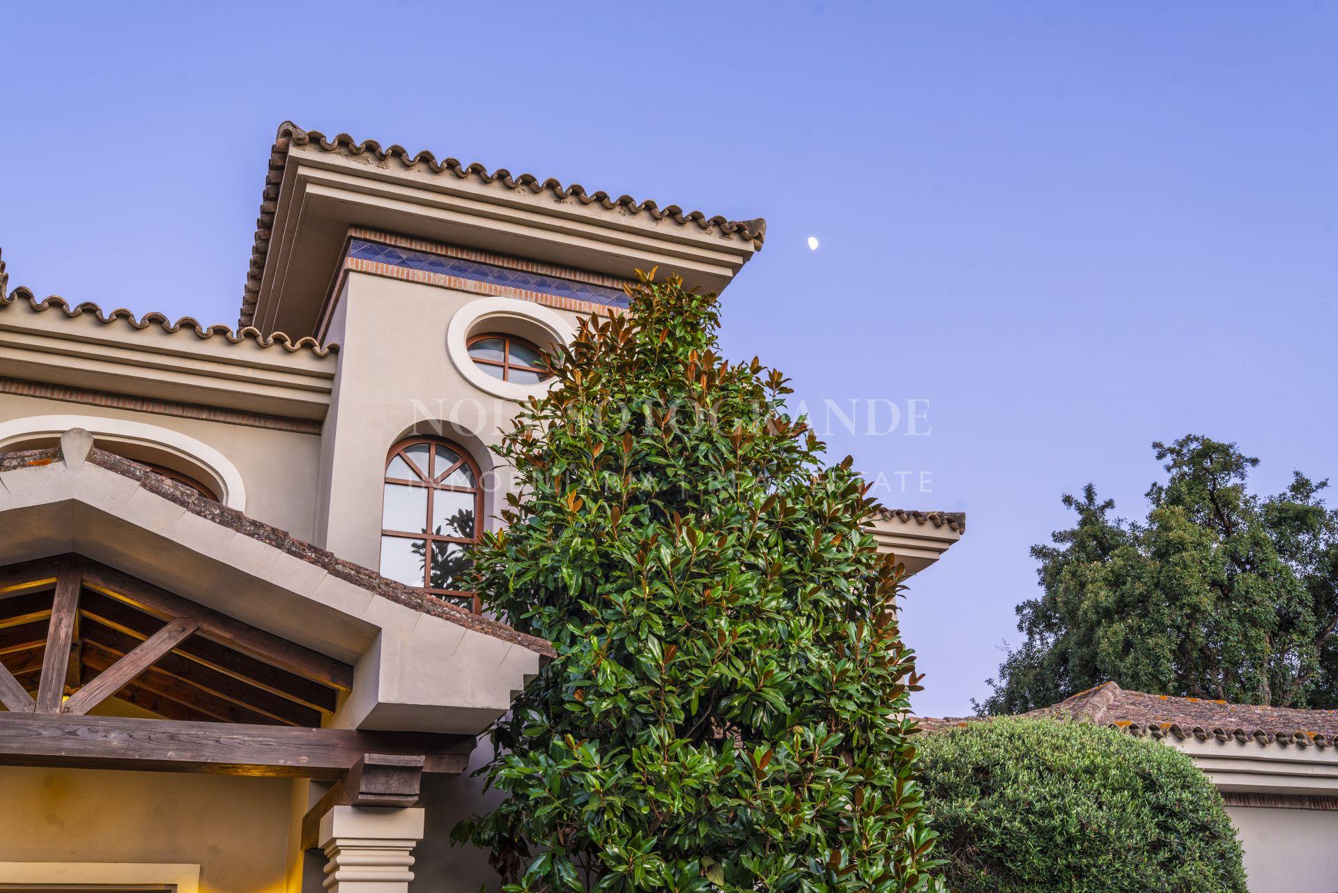 Villa en venta en primera linea de golf Valderrama en Sotogrande