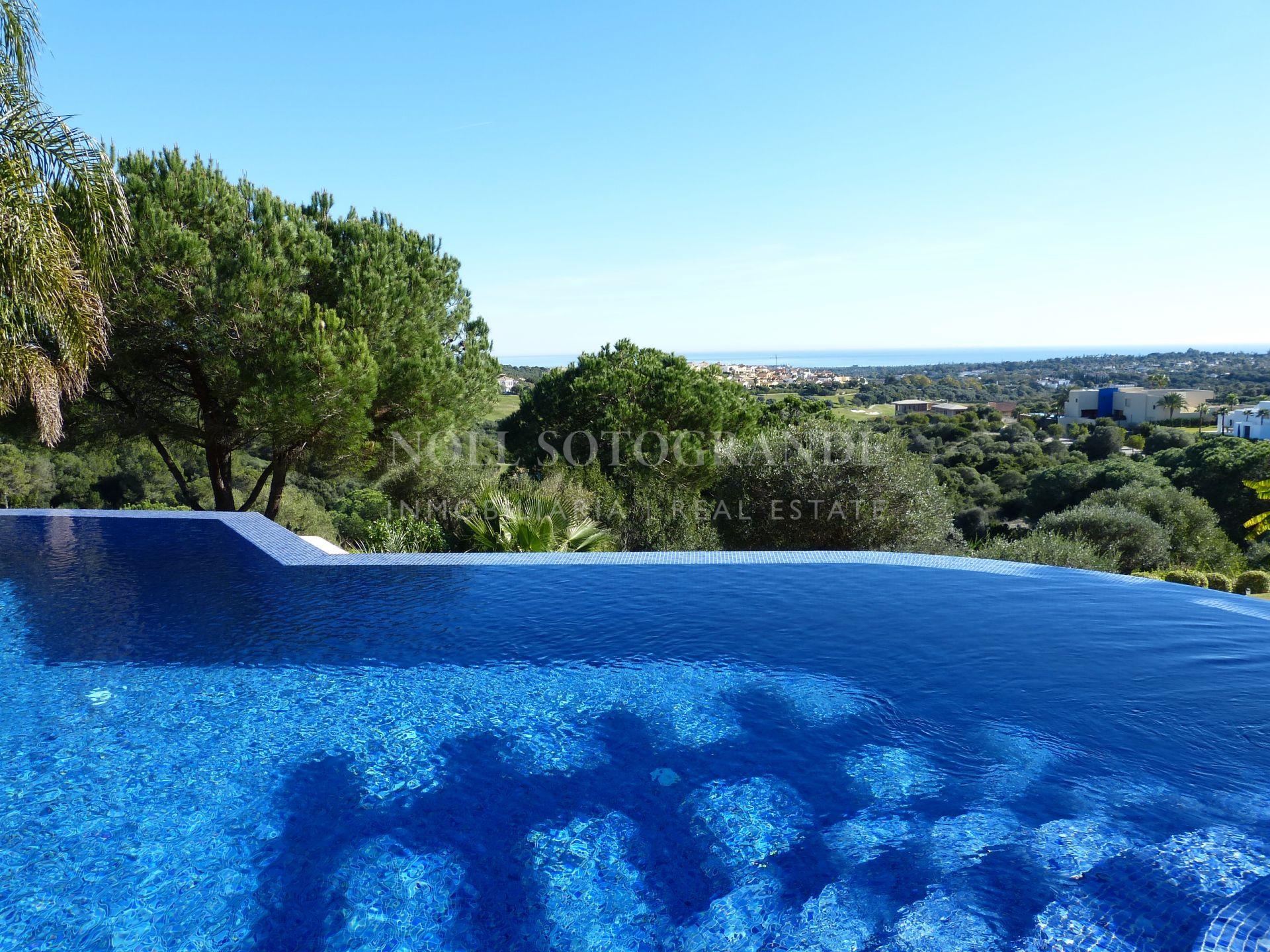 Villa Sotogrande La Reserva con vistas espectaculares al mar y golf.