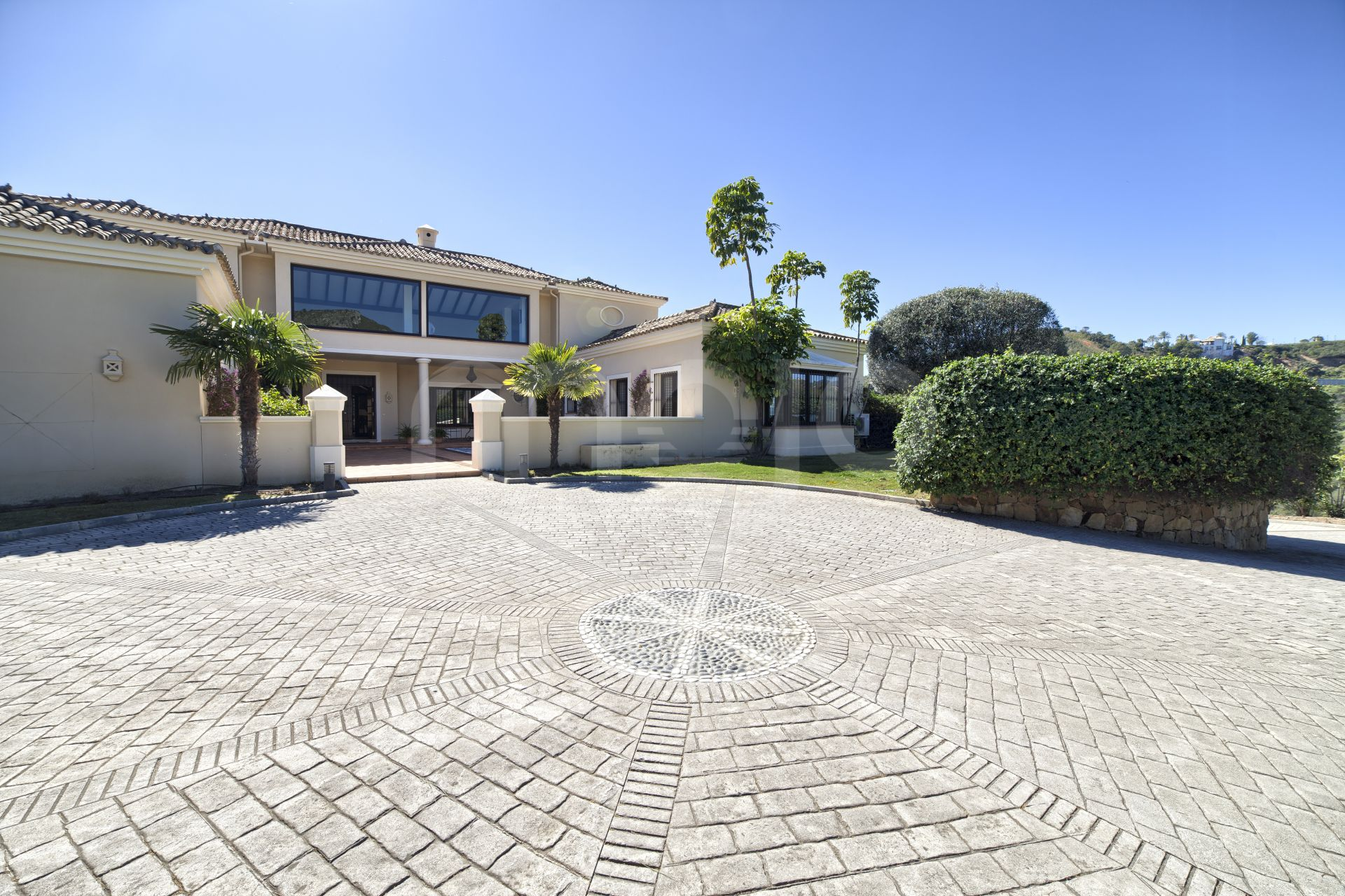 SUMPTUOUS 7 BEDROOM MANSION IN LARGE GROUNDS NEAR MARBELLA GOLF & COUNTRY CLUB BENAHAVIS