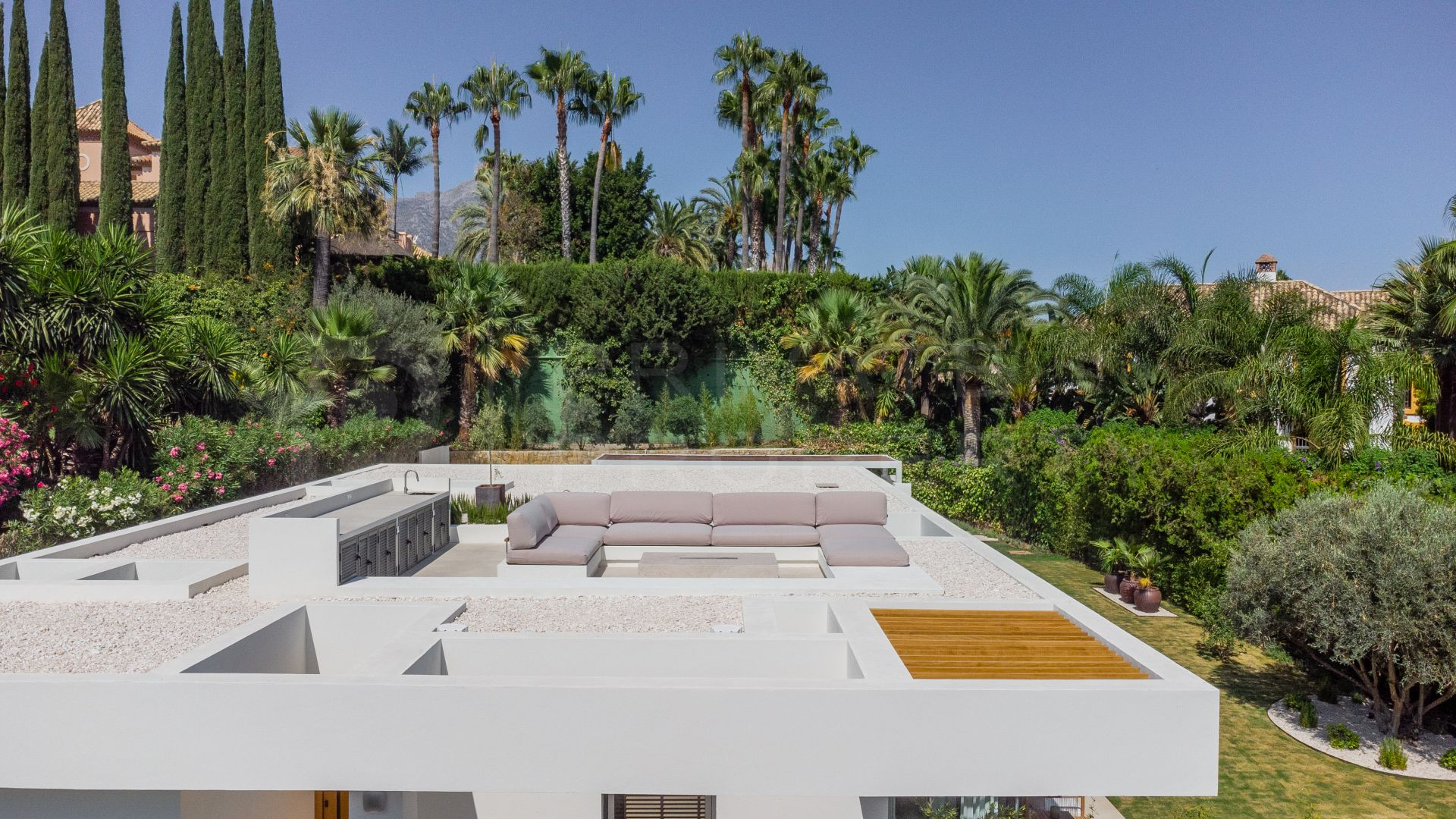 Contemporary villa in Nueva Andalucia