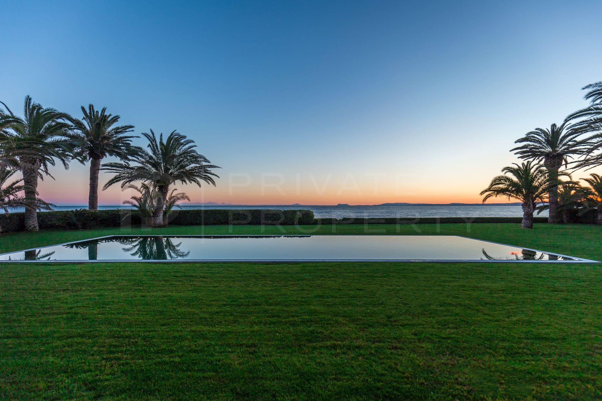 Beachfront villa in Guadalmina Baja