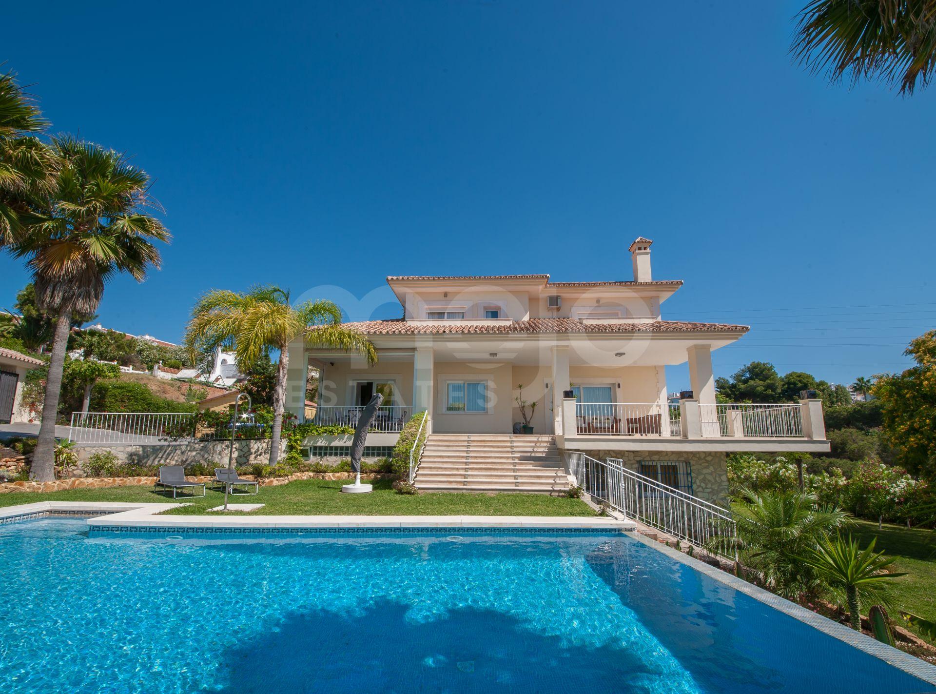 Calahonda: Amplia villa con vistas al mar