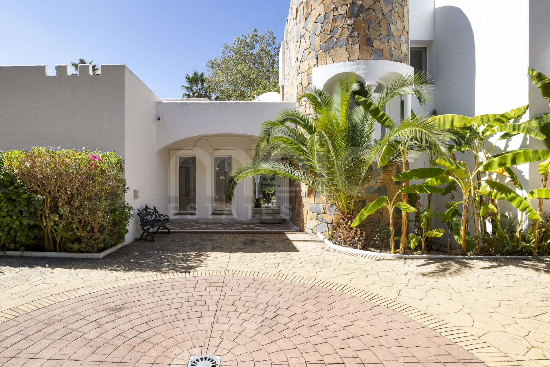 Elegant morish styled villa with potential, a hidden gem along the golfcourse.