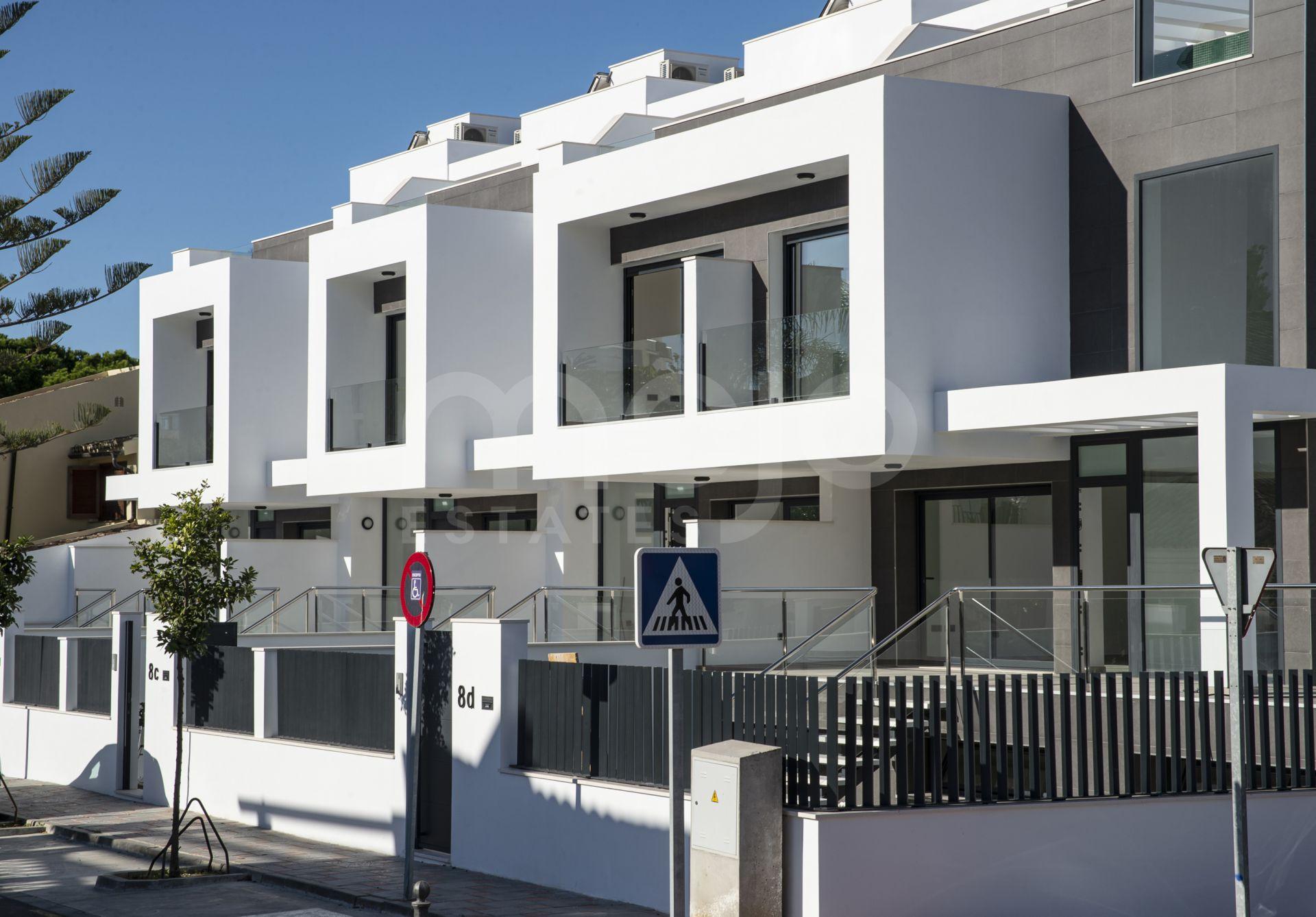 Adelfas Garden est une promotion de 4 maisons unifamiliales uniques dans le centre de Fuengirola à côté de la plage.