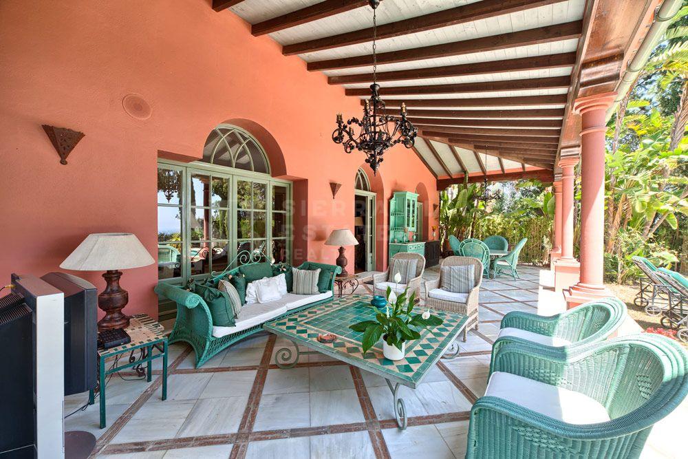 Espectacular villa en amplia parcela en Hacienda Las Chapas