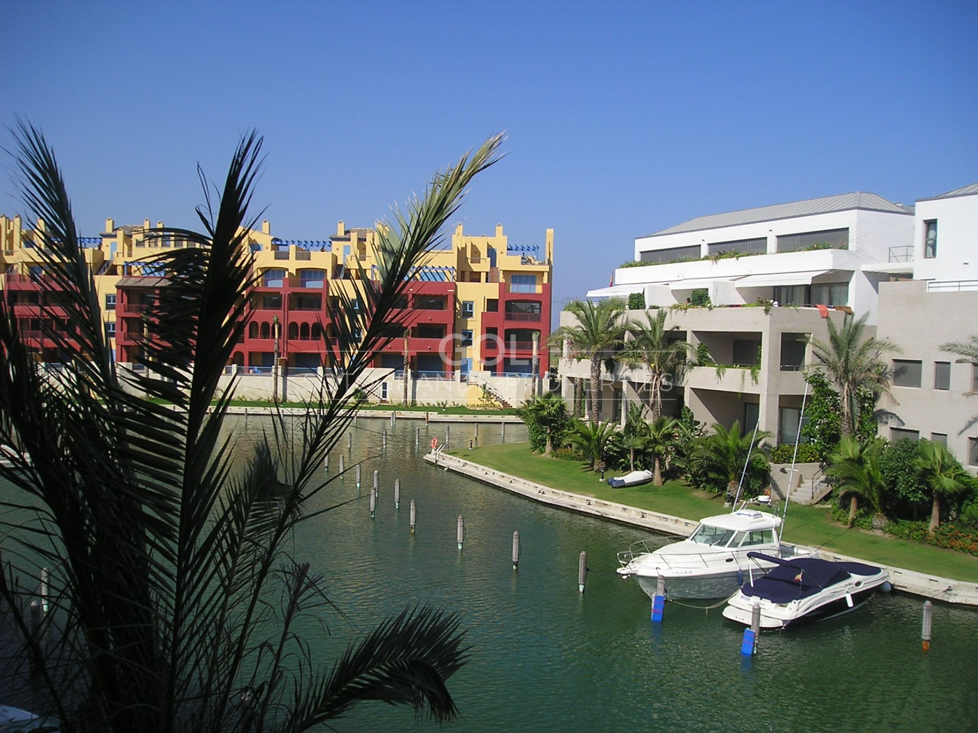 Apartment overlooking the canals with berth 9X4 included in price