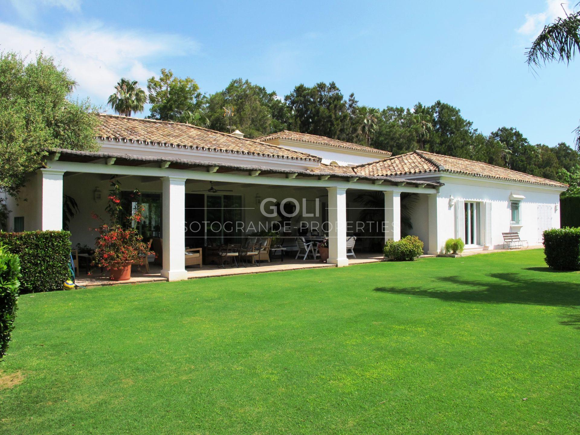 Villa on prestigious Kings and Queens, near the Beach and Golf Club