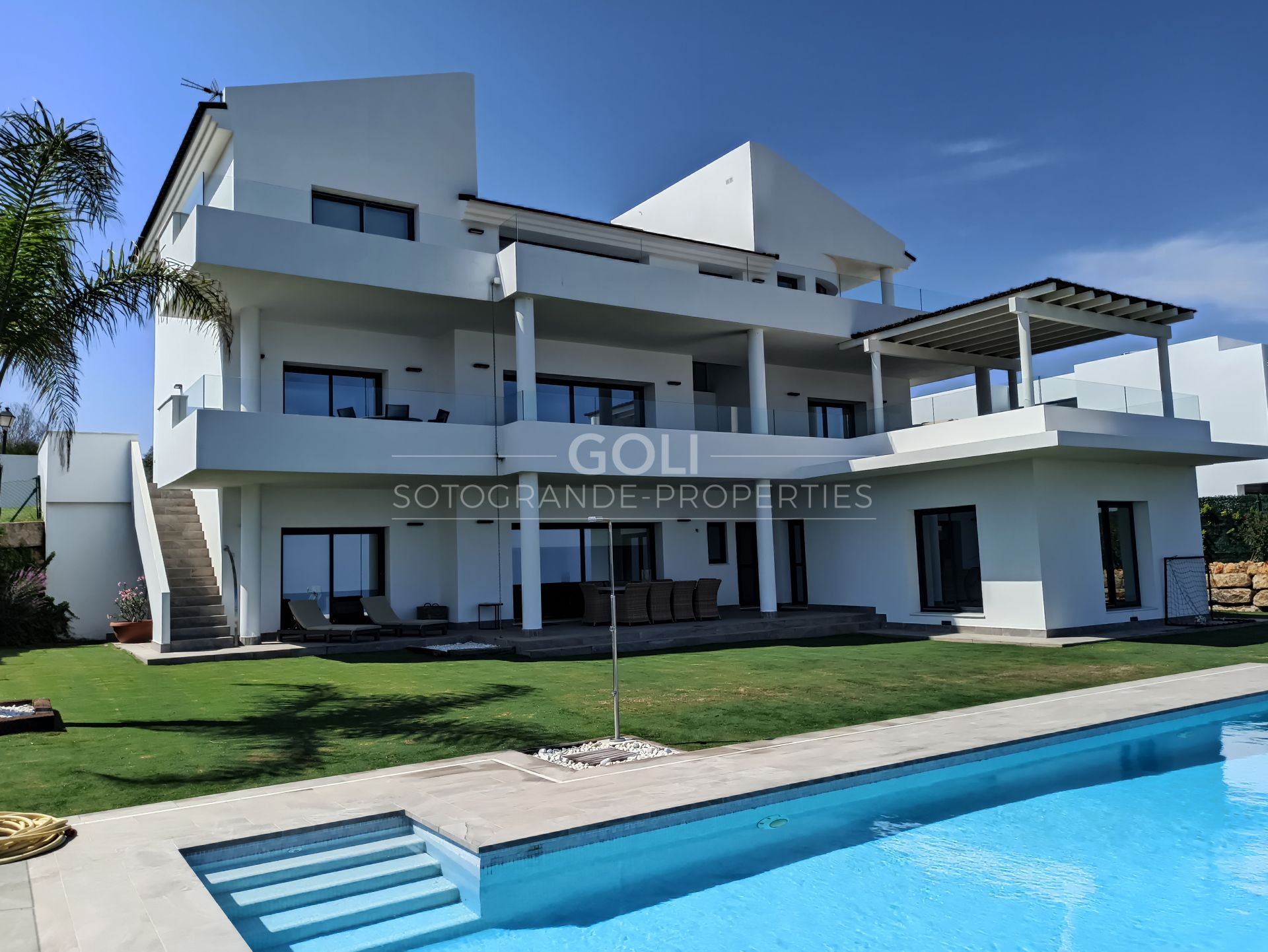 Villa with spectacular sea views for rent in Alcaidesa