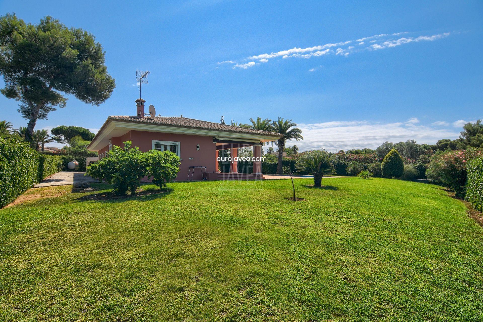 Villa a la venta en Jávea en zona tranquila toda en un nivel a pocos minutos en coche de la playa del Arenal