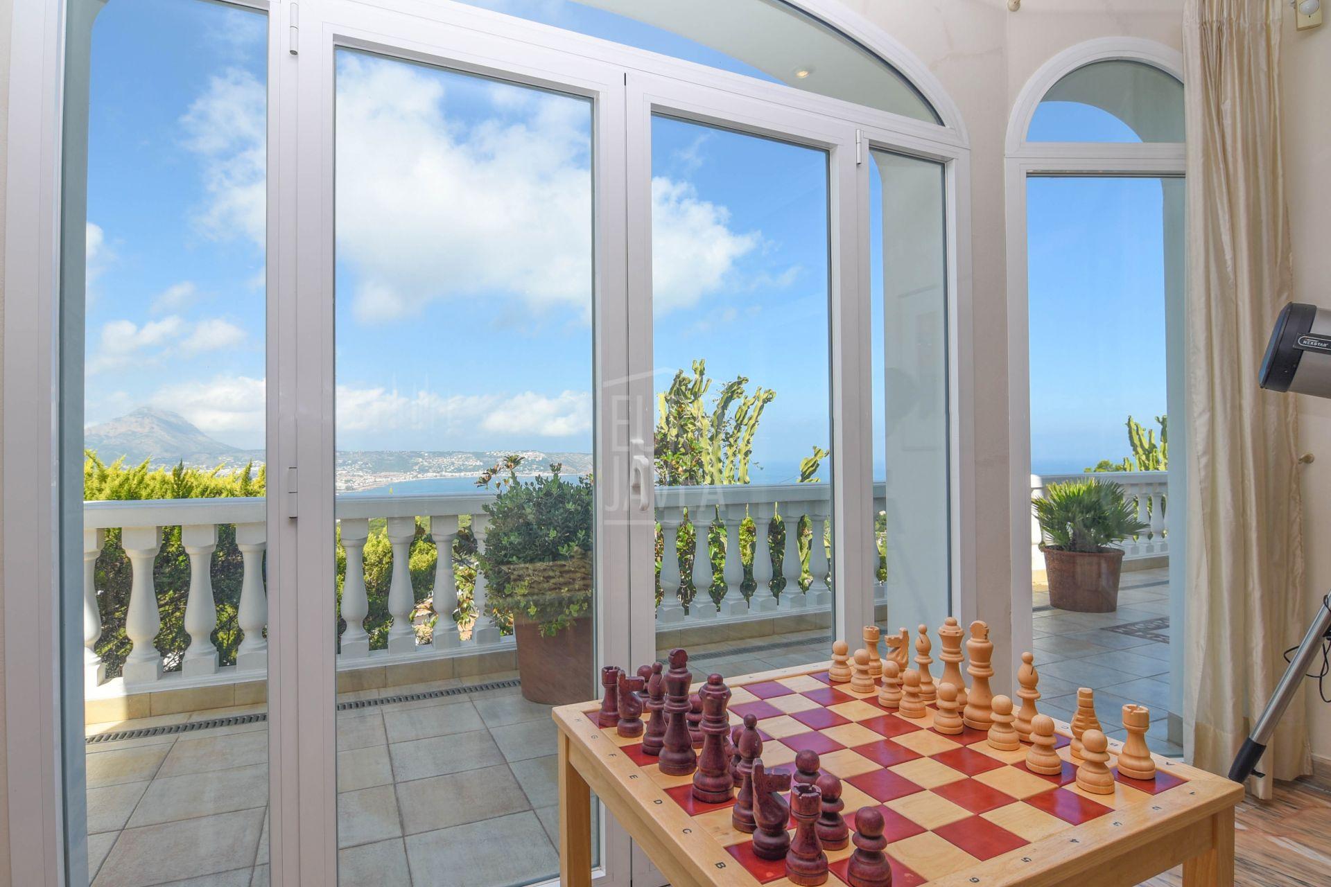 Lujosa casa a la venta en Jávea ubicada en un enclave único con vistas impresionantes al mar