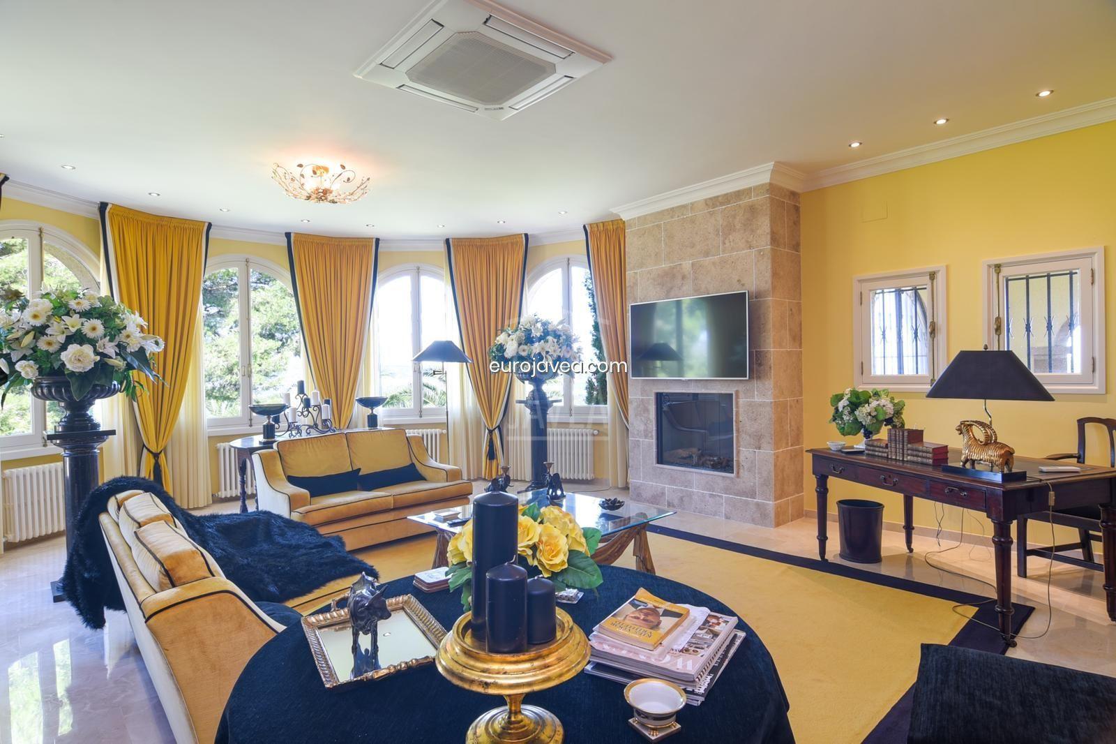 Villa a la venta en Jávea con vistas abiertas y al mar en amplia parcela