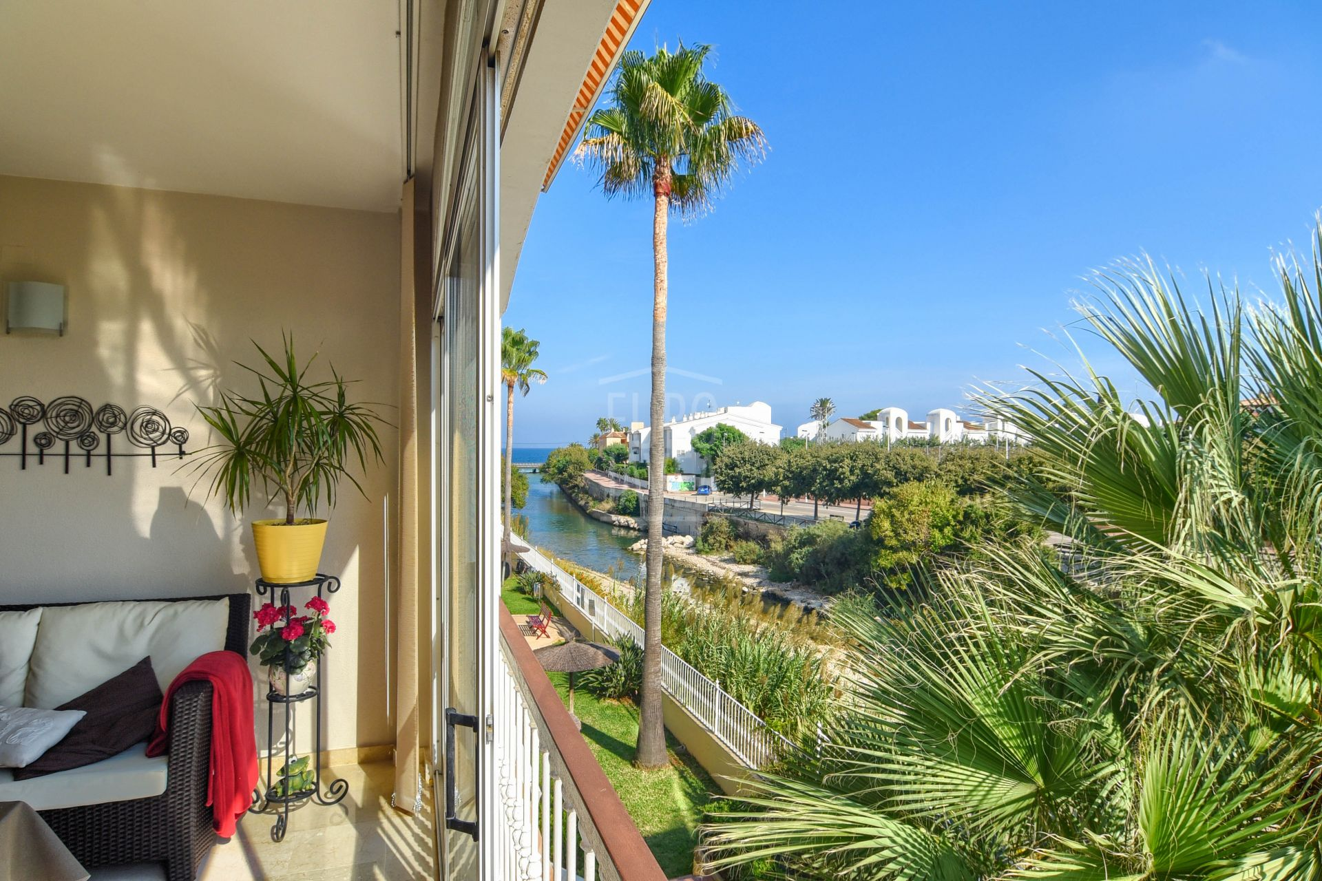 Apartment for sale in exclusive in the Port of Jávea , walking distance to the beach.