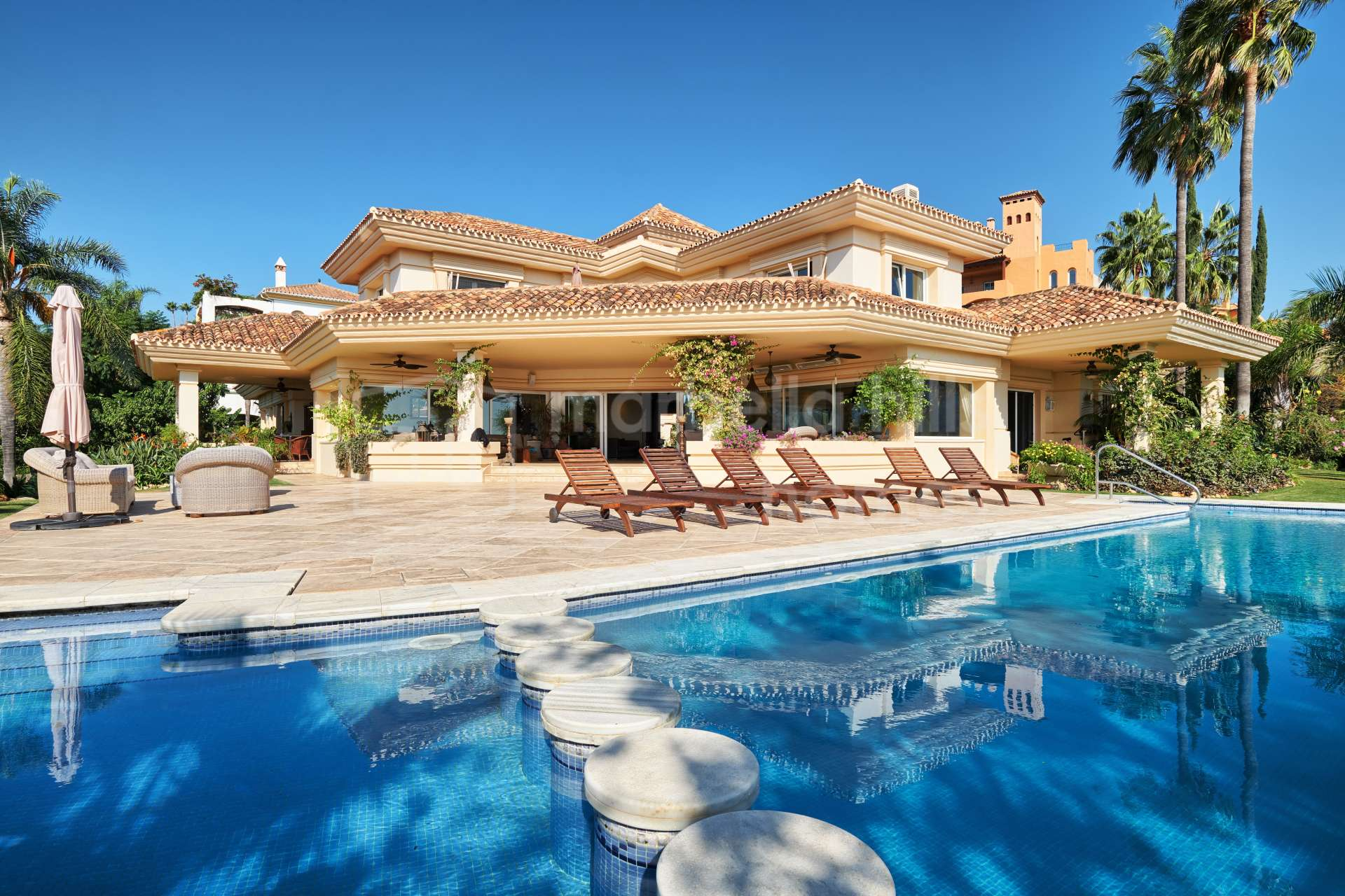 Charming classic 7 bedroom villa in La Cerquilla with panoramic views - Nueva Andalucia