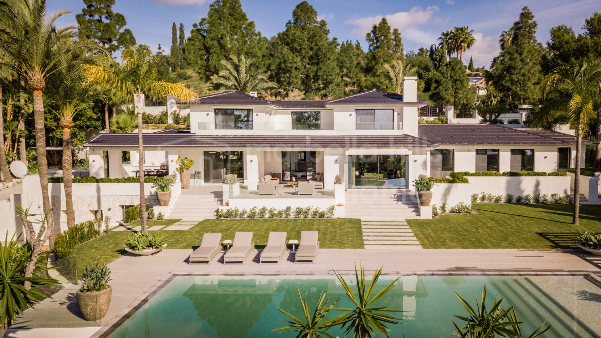Elegant and modern 5 bedroom villa in Hacienda Las Chapas with sea views - Marbella East