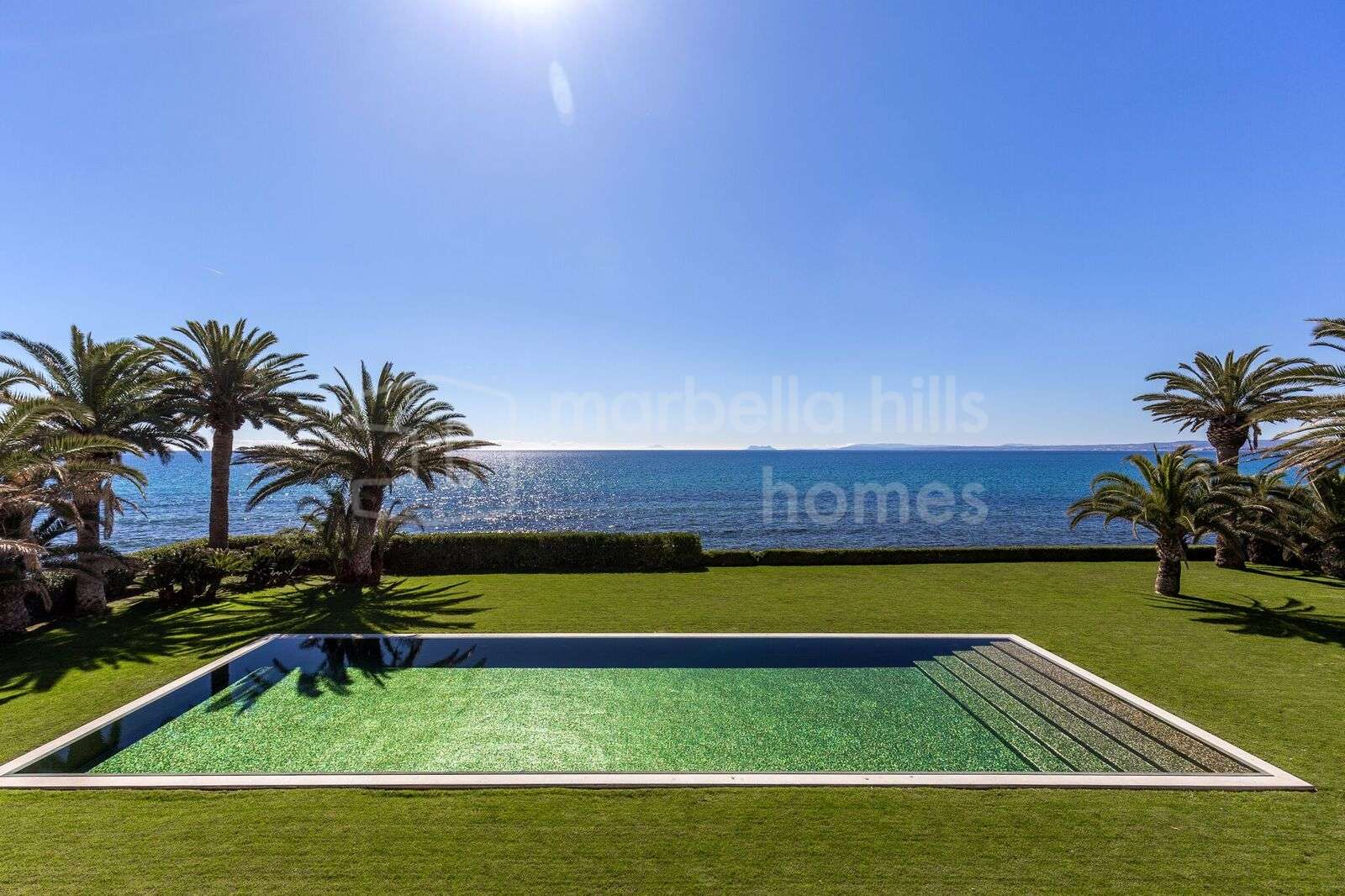 Overwhelming 8 bedroom beach front villa in Guadalmina Baja