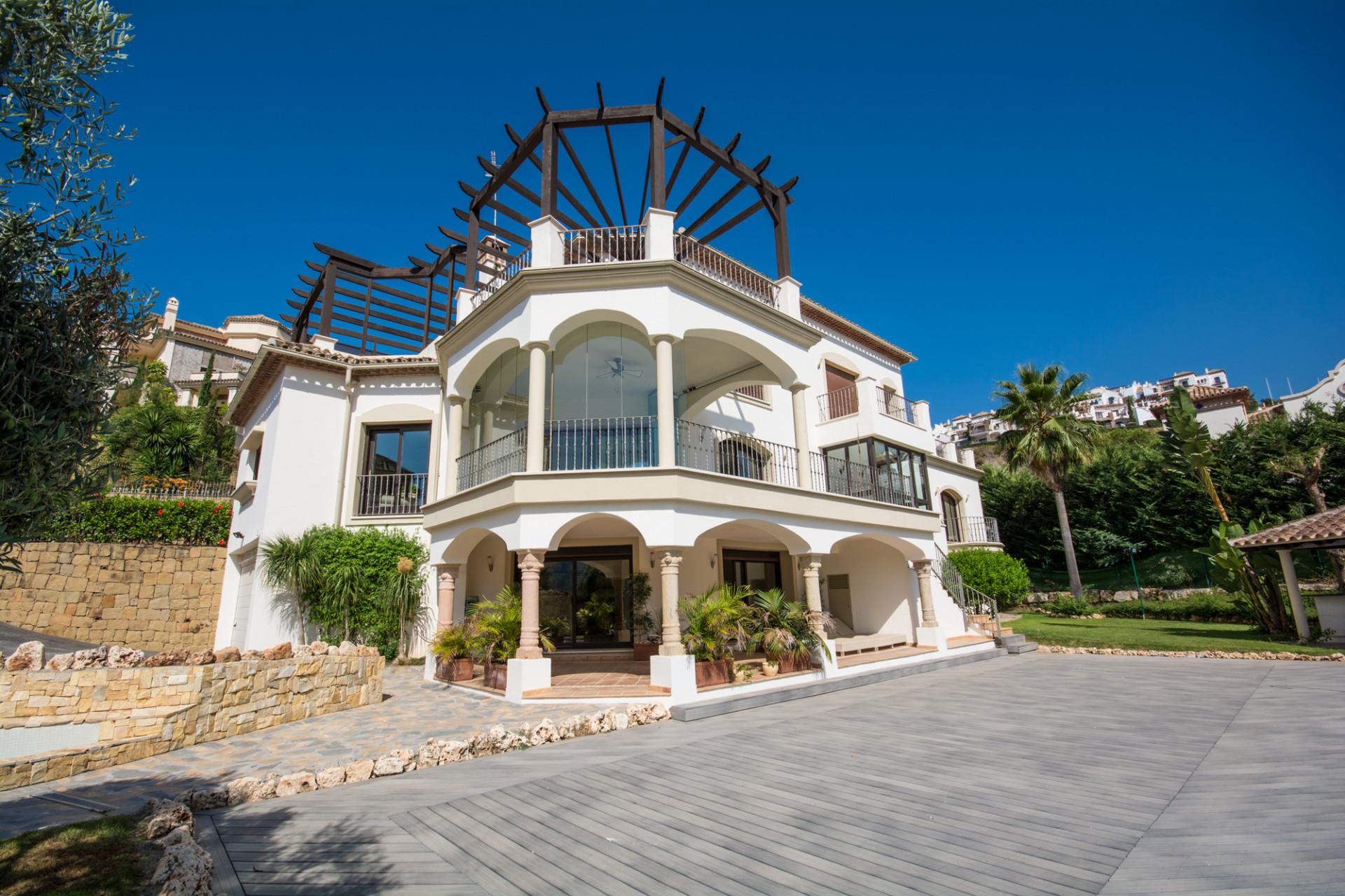 Lovely 6 bedroom villa for sale in Los Arqueros in Benahavis.