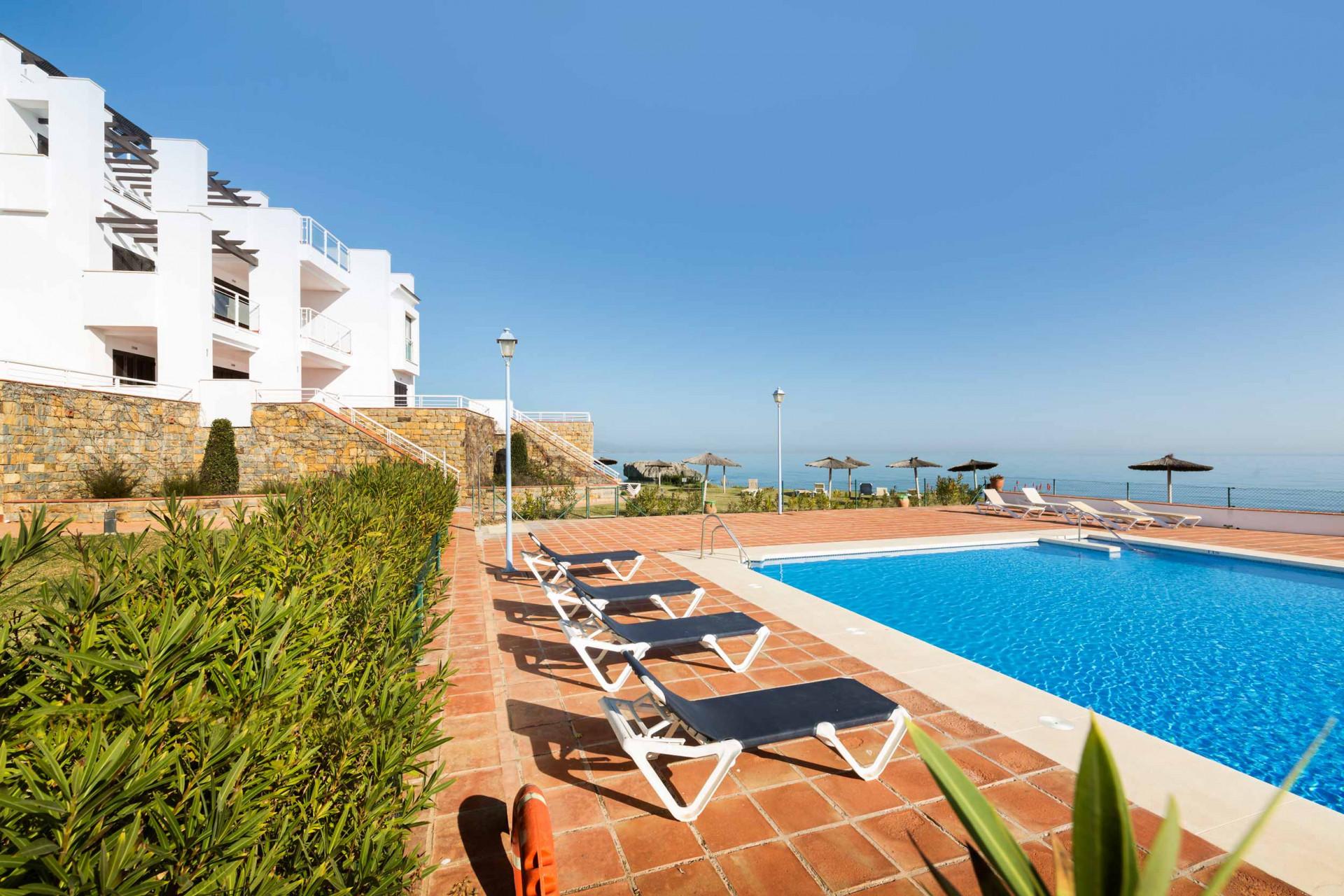 Moderno apartamento en primera línea de playa en venta, Casares