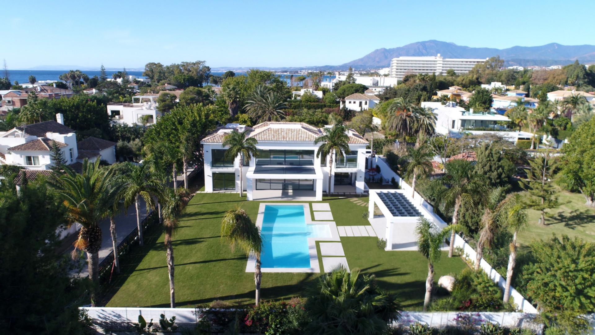 Villa moderna de reciente construcción en la playa en zona muy solicitada en Guadalmina Baja - Marbella