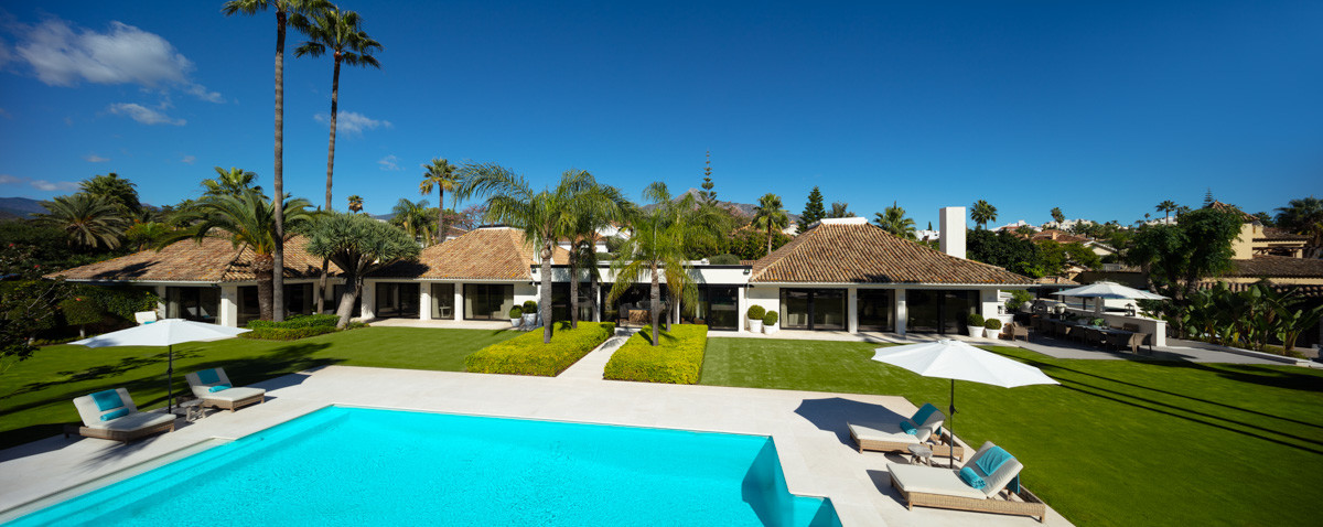 Exquisite resort style mansion in a gated community in Aloha - Nueva Andalucía.