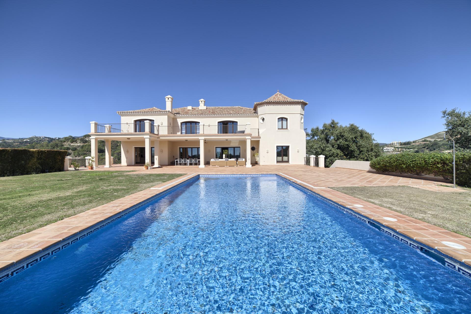 Luxe Andalusische stijl villa te koop in Marbella Club Golf Resort in Benahavis