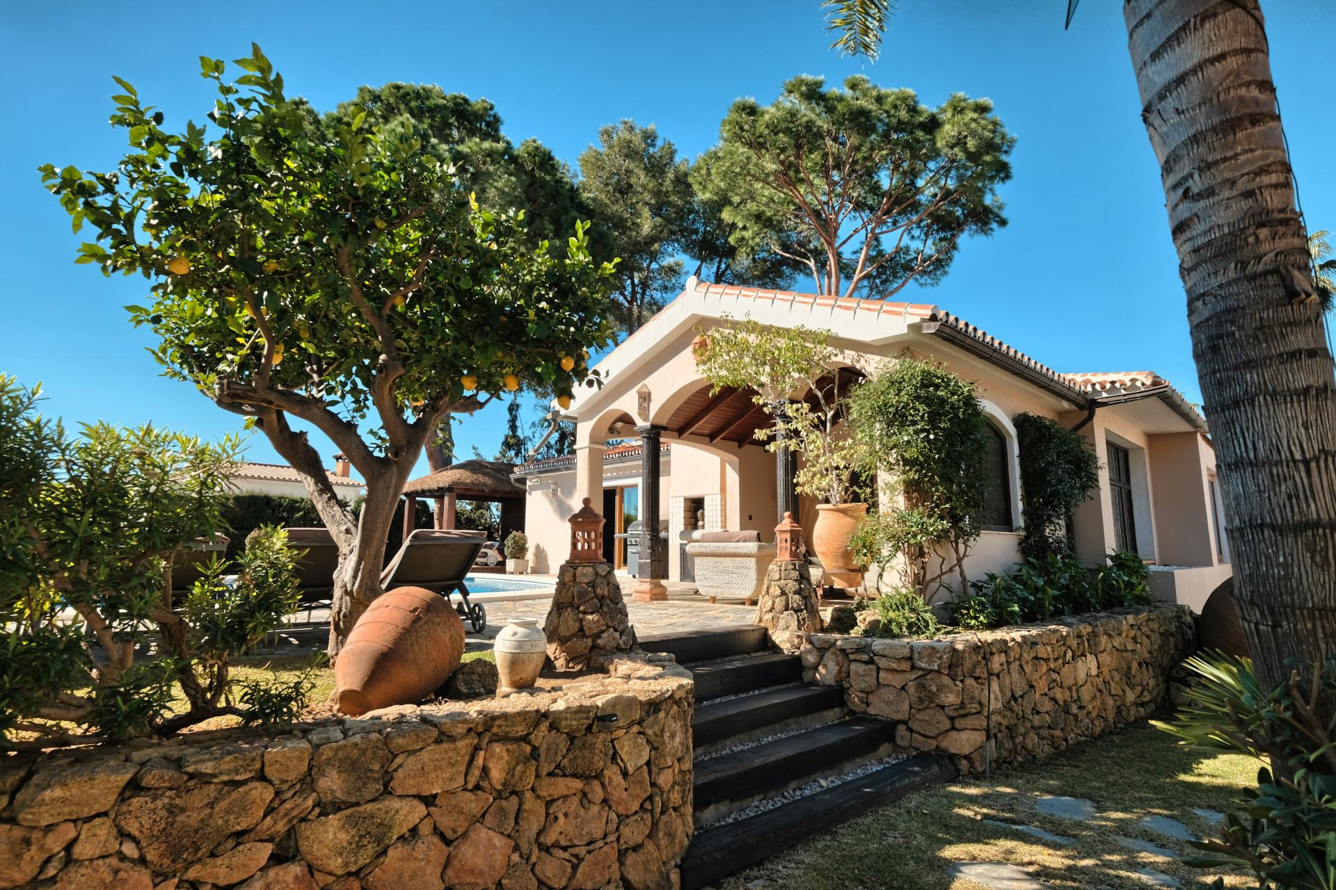 Villa familiar y acogedora parcialmente renovada a la venta en Elviria – Marbella