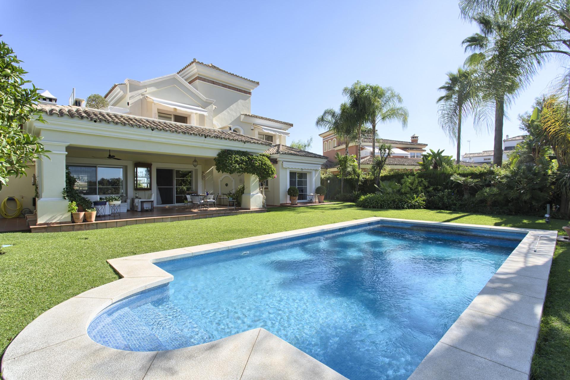 Front line golf villa for sale in La Quinta – Benahavis