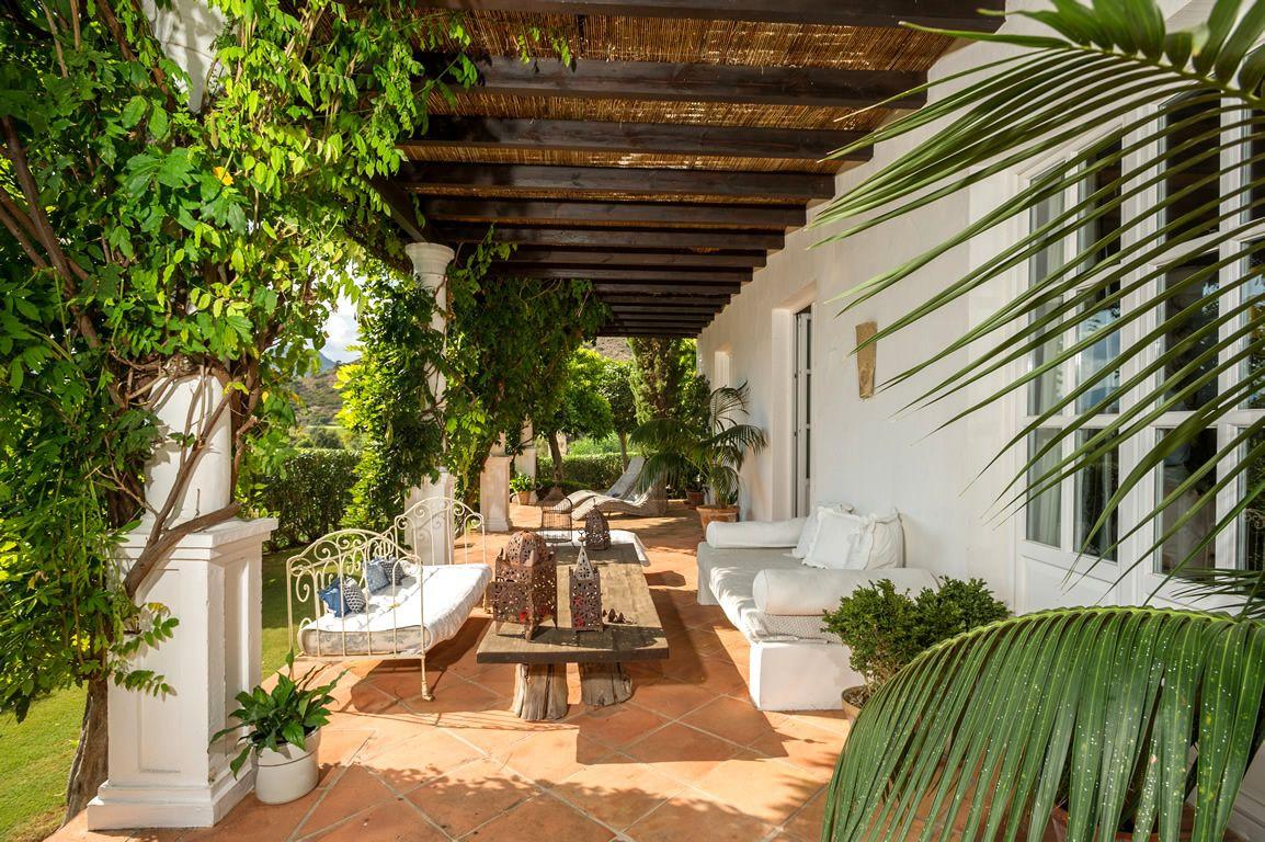 Villa for sale in Puerto del Almendro, Benahavis