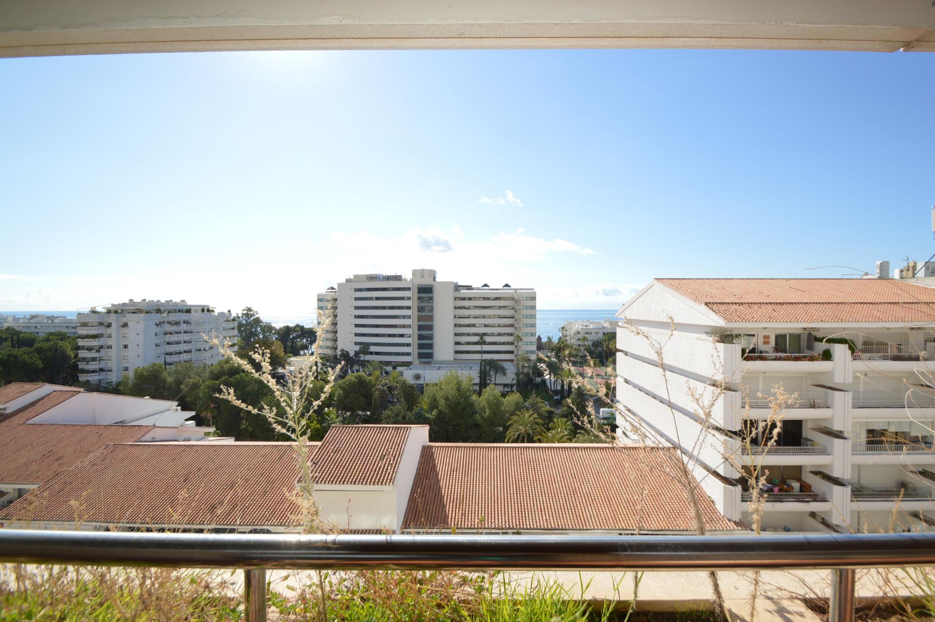 Great opportunity and reduced price! Nice apartment in the Golden Mile, in Residencial Palacio de Ferias y Congresos, Marbella