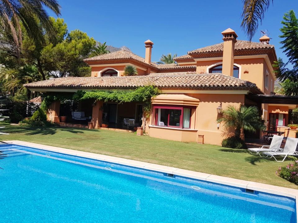 Villa en alquiler en Altos Reales, Marbella Golden Mile