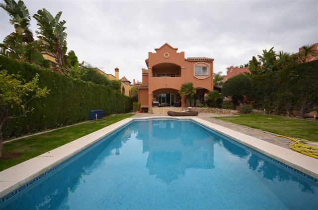 Villa for sale in Nueva Andalucia, La Alzambra