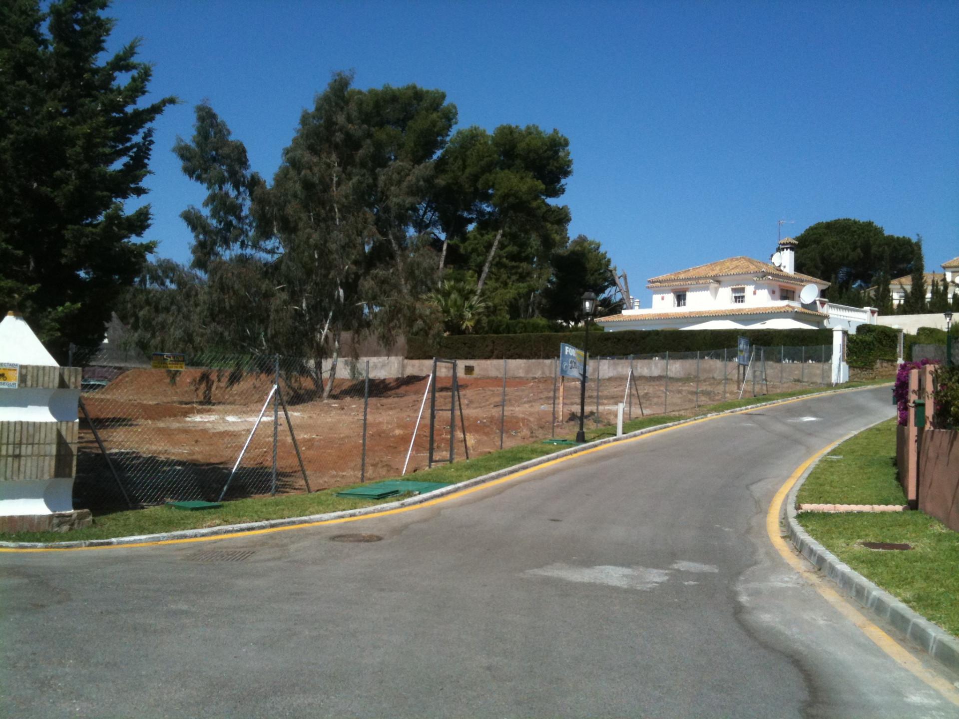 Sehr schönes Grundstück zum Verkauf in Toplage auf der Strandseite in La Reserva de los Monteros in Marbella