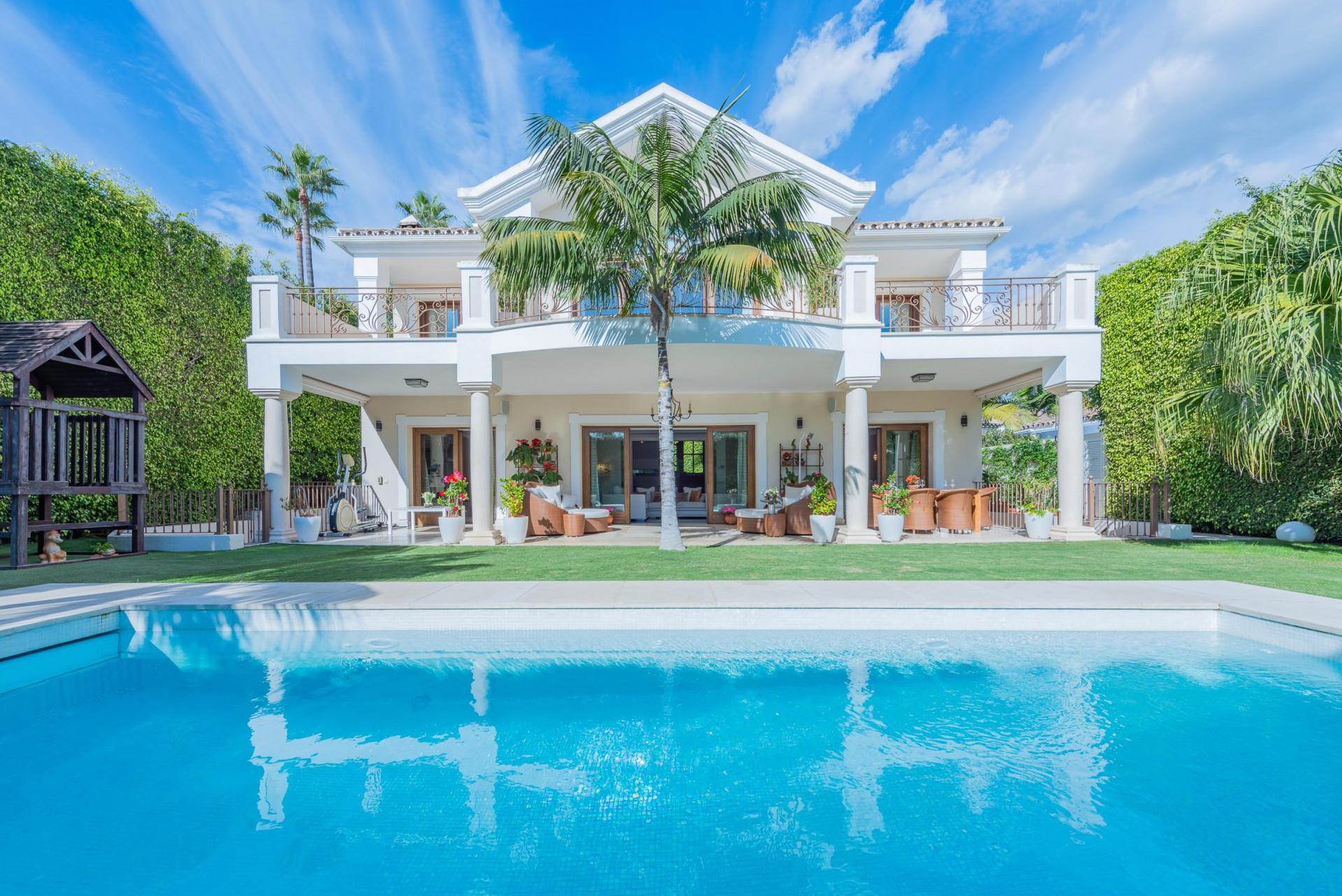 ARFV2134 - Fanstastische Villa zum Verkauf in Strandlage in Casablanca an der Goldenen Meile Marbella