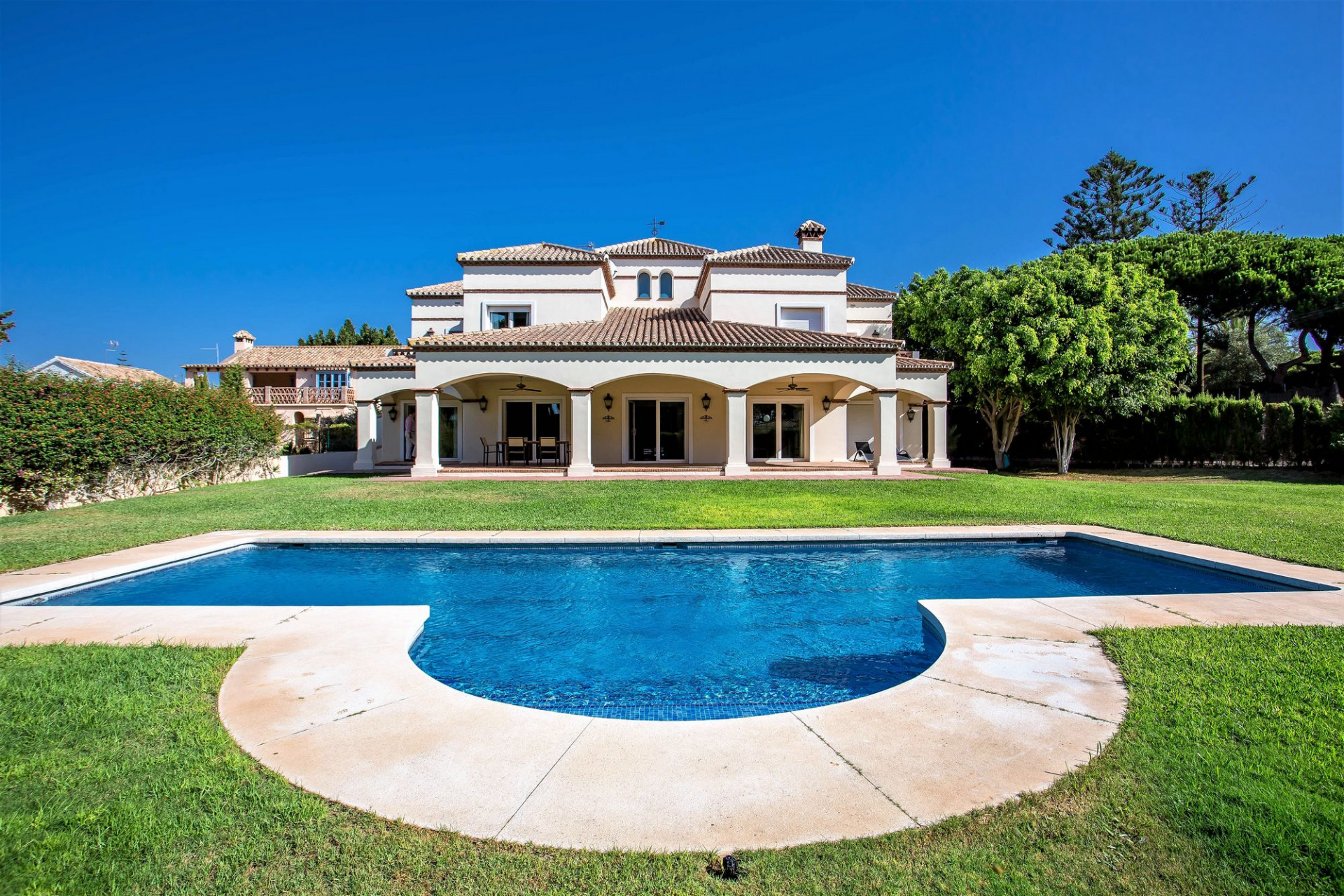 ARFV2012 - Schöne Strandvilla zum Verkauf in Artola in Marbella-Ost