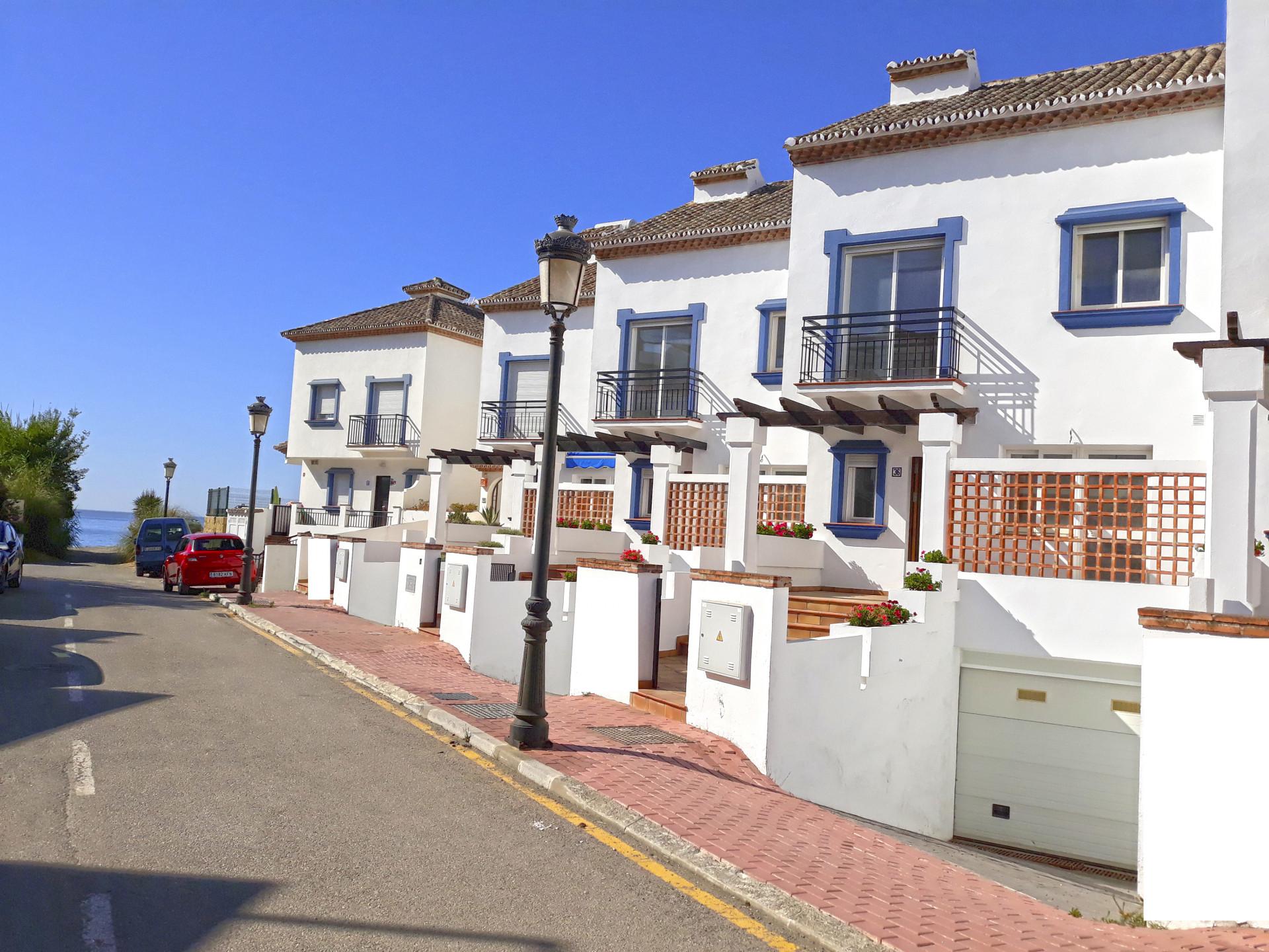 ARFTH136 - Reihenhäuser Erstbezug zu verkaufen direkt am Strand von Estepona
