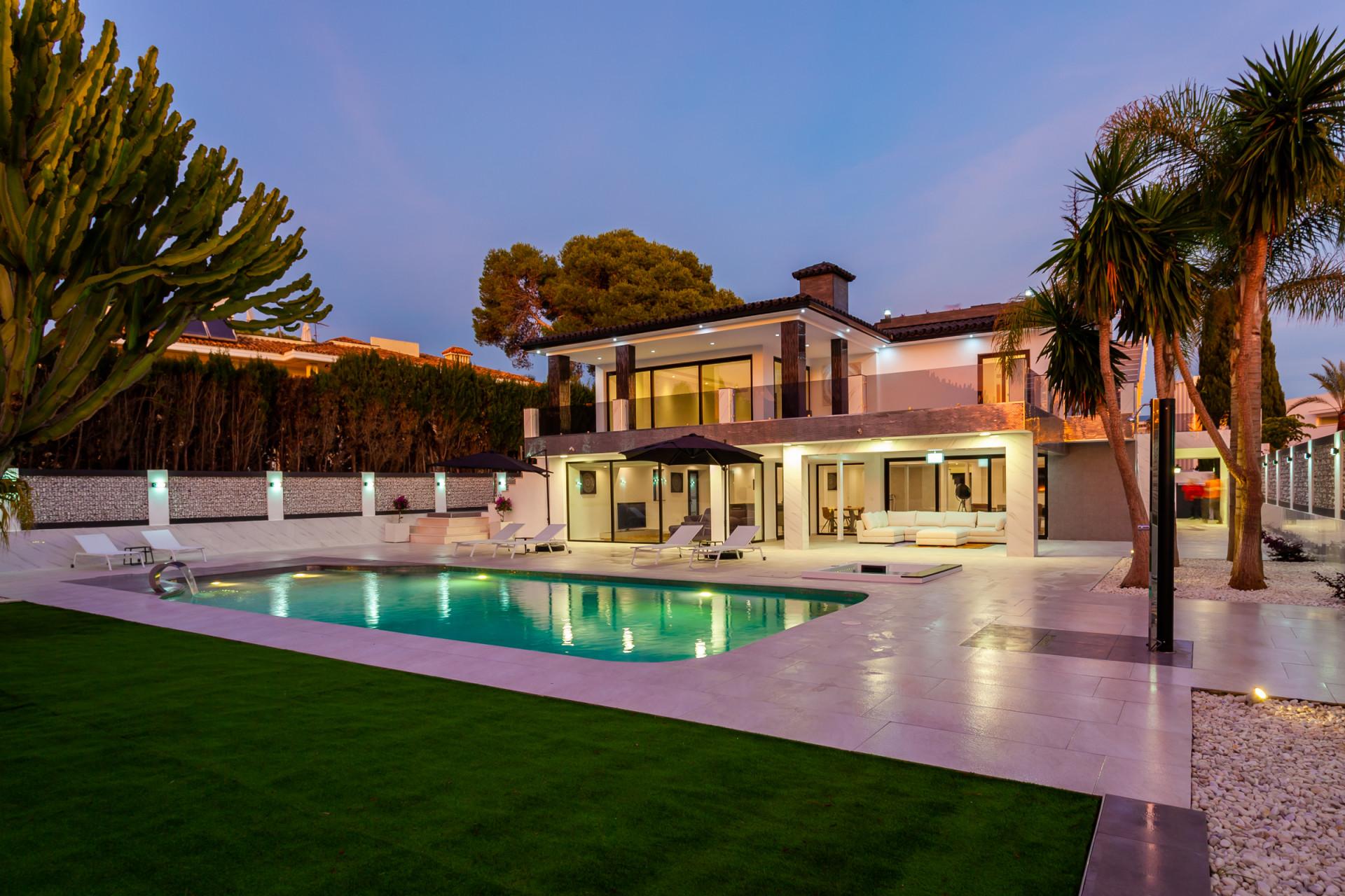 ARFV2050 - Fantastische Villa in Strandlage zum Verkauf in Los Monteros Playa Marbella
