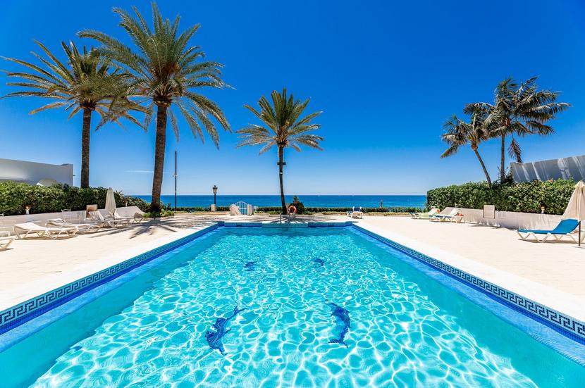 ARFTH170 Elegantes Haus in Strandlage mit Meerblick in einer geschlossenen Wohnanlage in Marbella